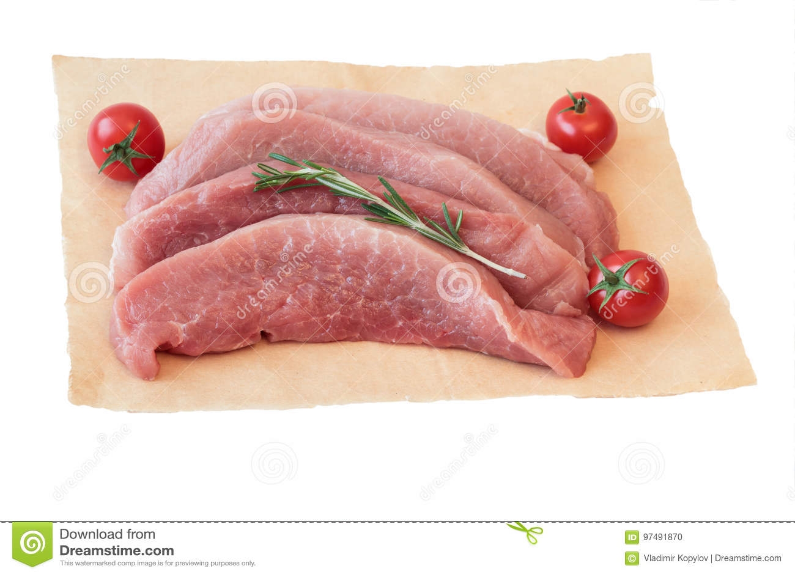Pezzi di carne di maiale cruda con i pomodori su carta isolata su fondo bianco