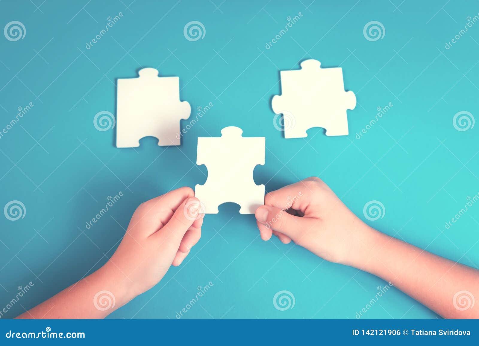 Pezzo del puzzle in una mano