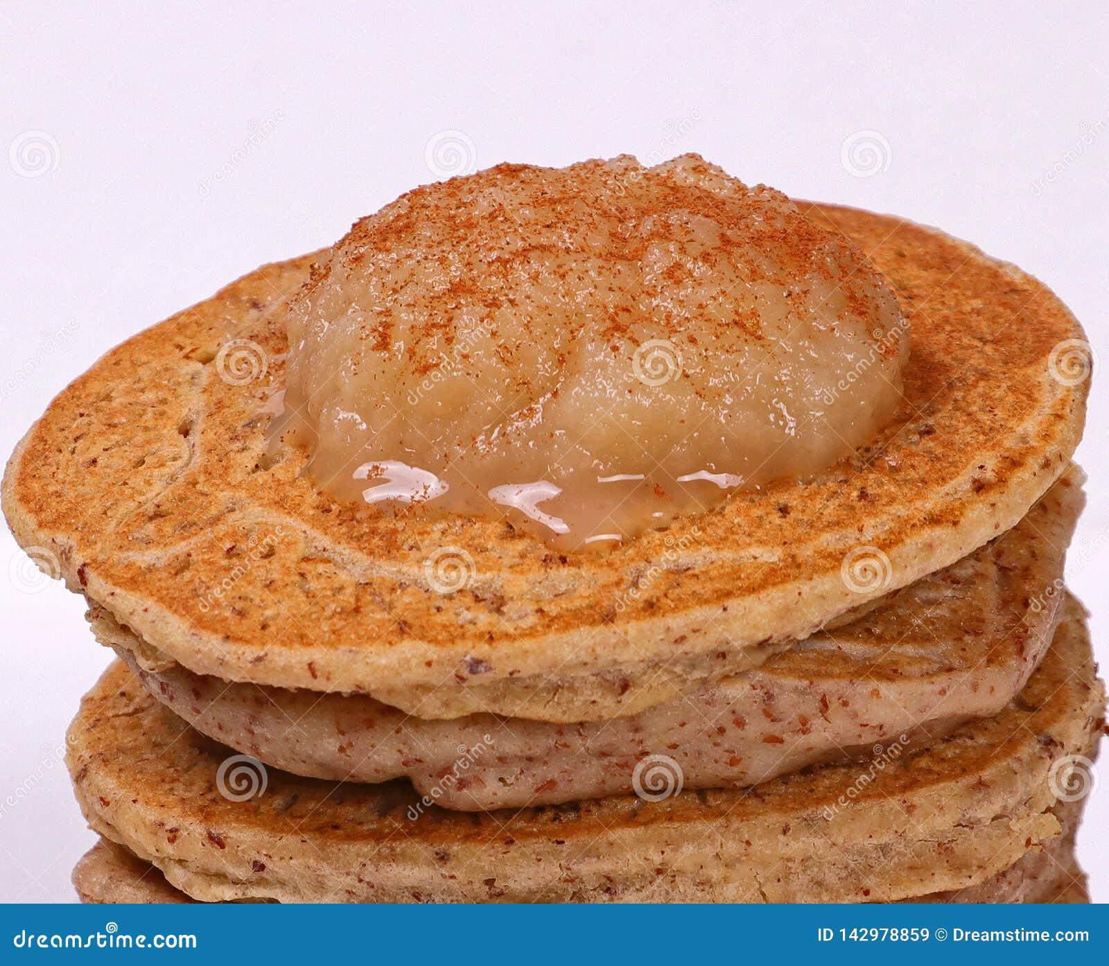 Pfannkuchen überstiegen mit Apfelmus und Zimt