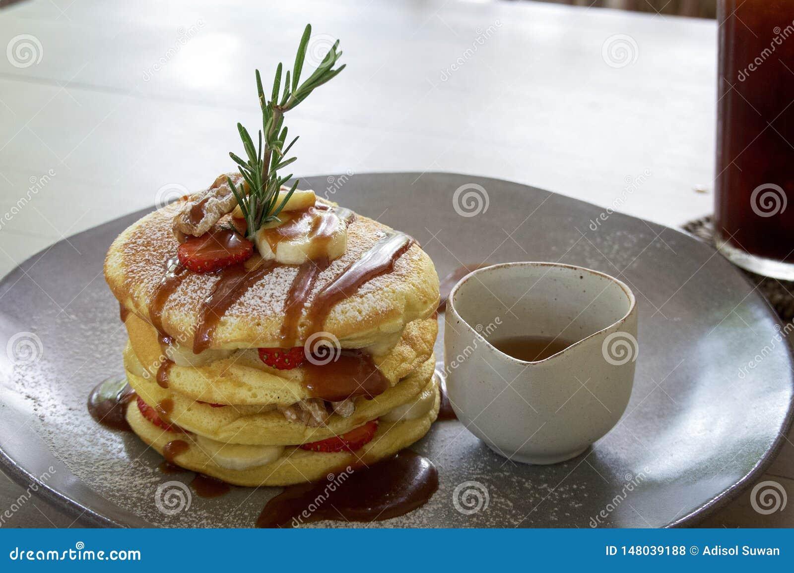 Pfannkuchen fruchtig mit Walnusssoße