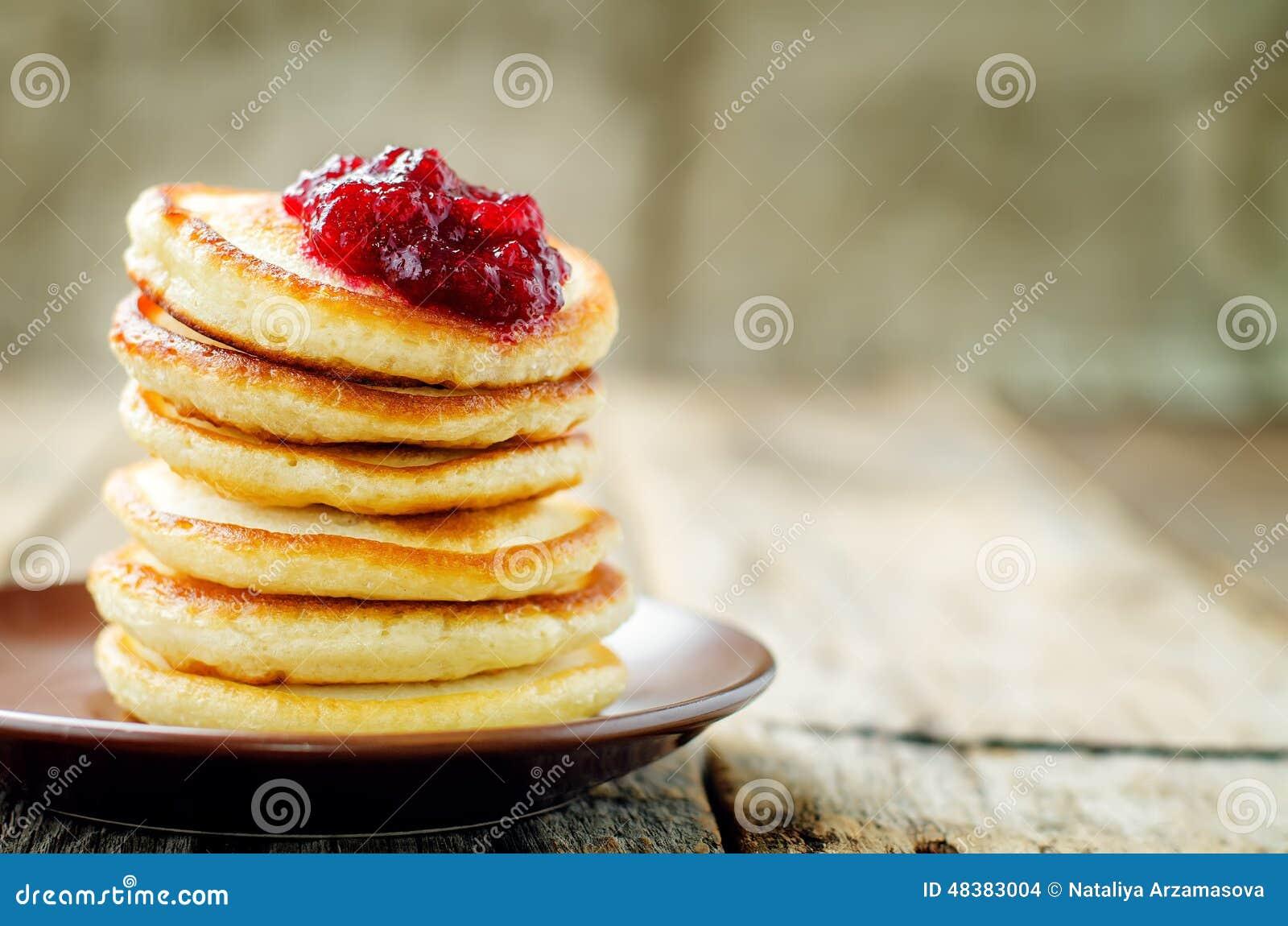 Pfannkuchen mit Beerenmarmelade