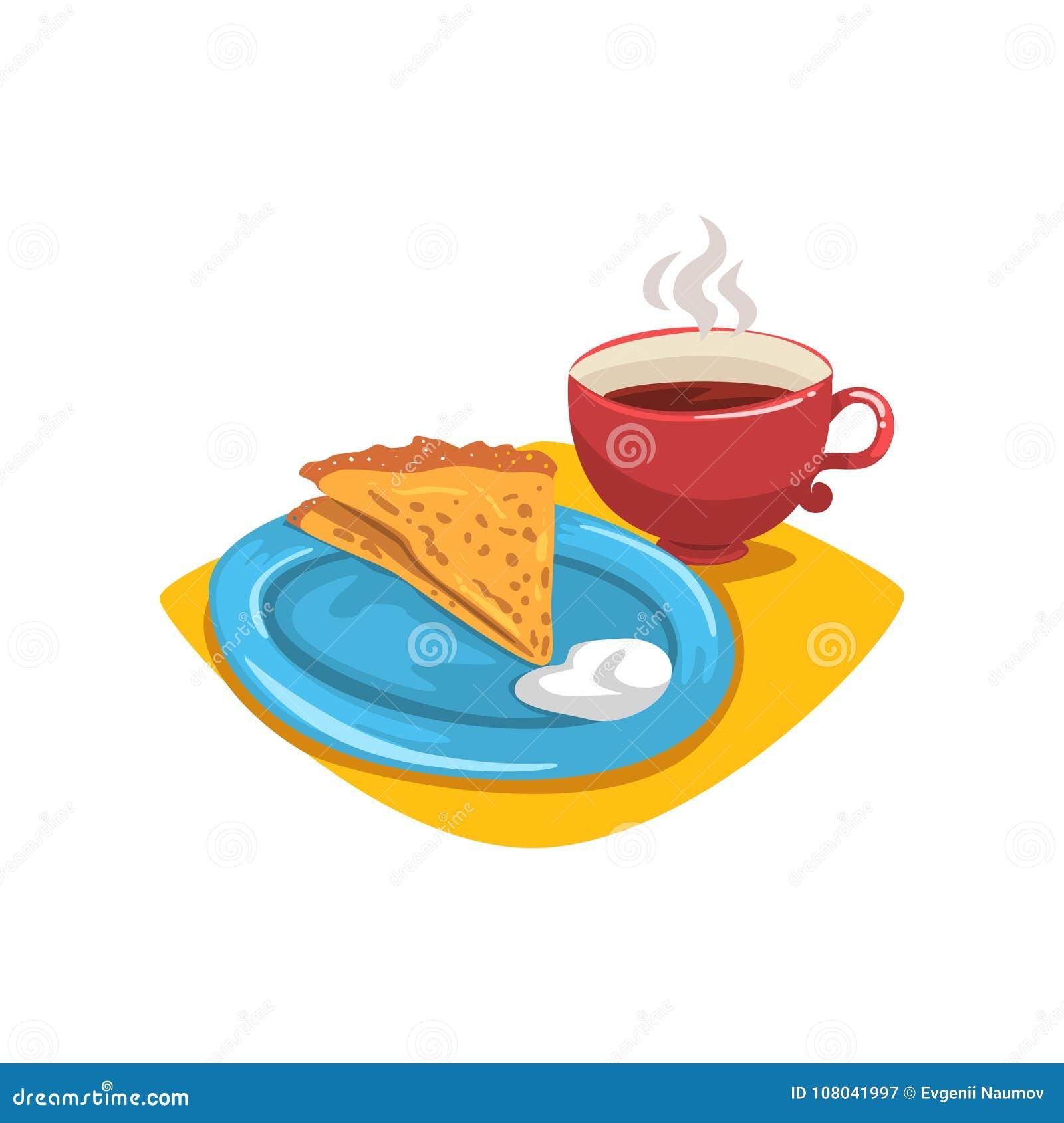 Pfannkuchen mit dem Sauerrahm, gefaltet in Dreieck auf Platte und Becher heißem Kaffee Gesunder und geschmackvoller Nachtisch Frü