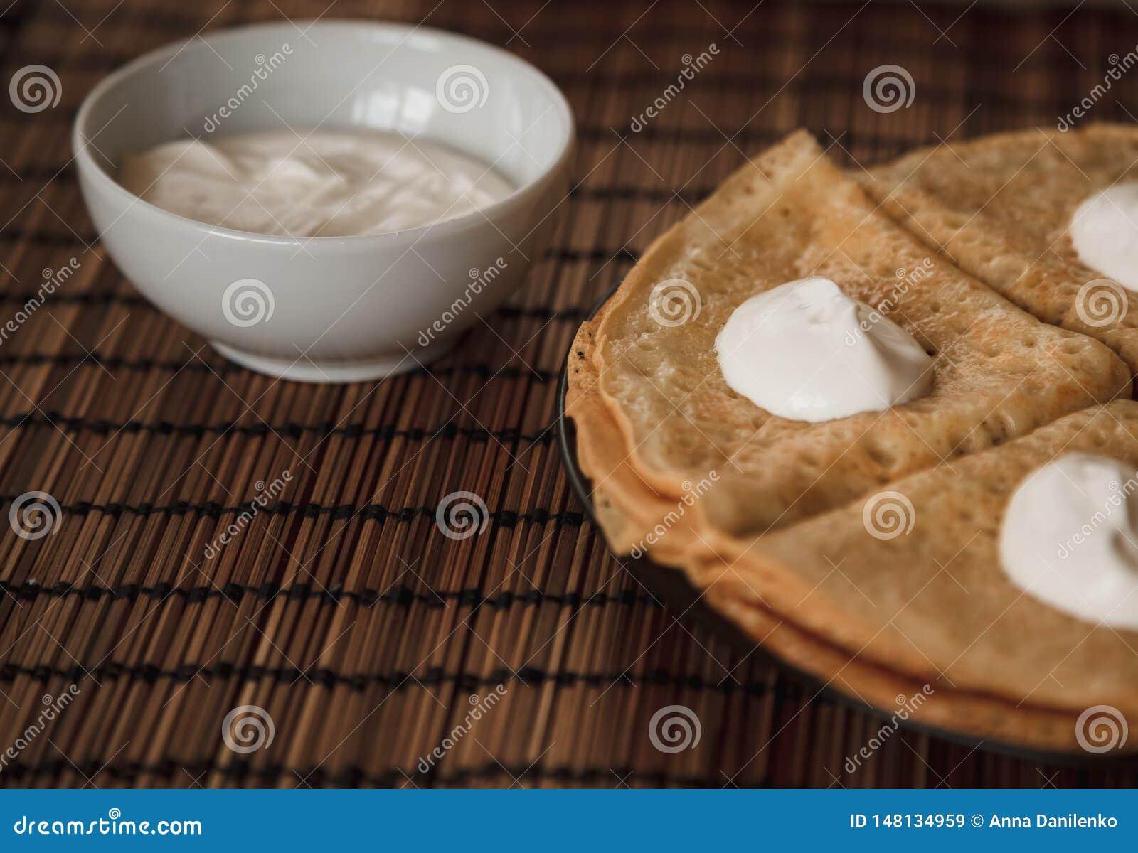 Pfannkuchen mit Sahne auf der Platte