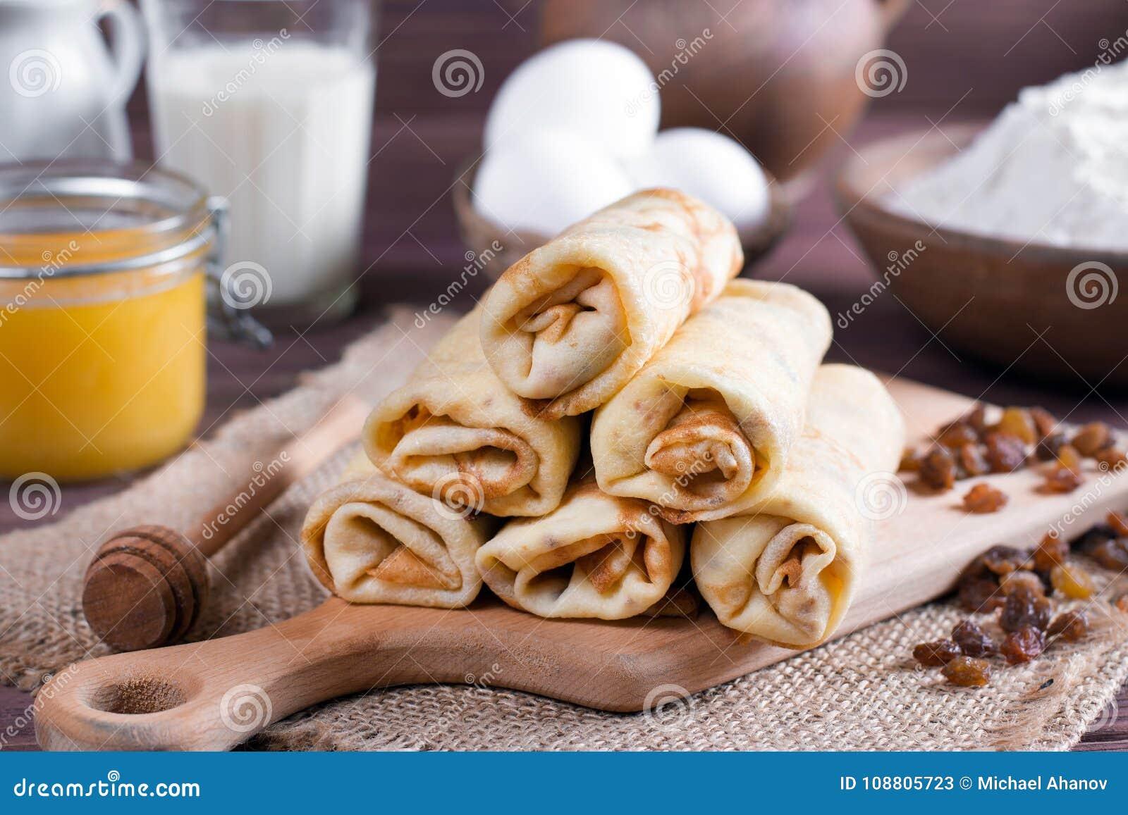 Pfannkuchenfrühstück Pfannkuchen mit dem Anfüllen auf dem Holztisch