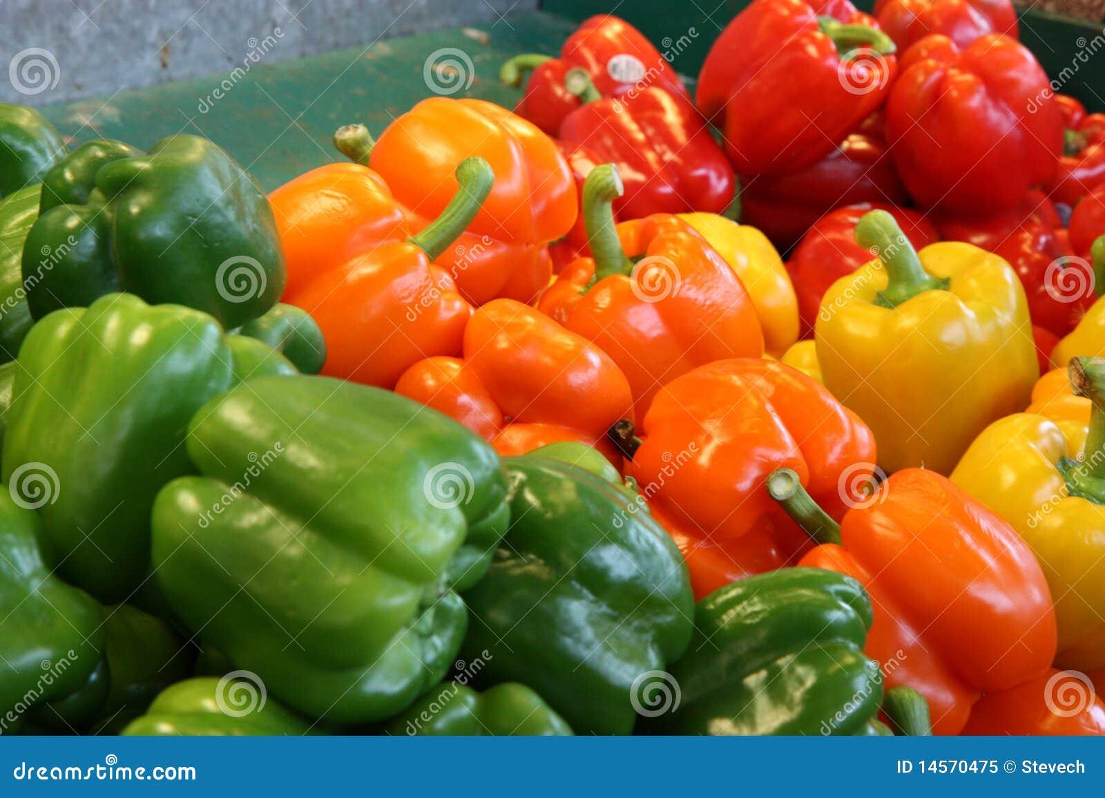 Pfeffer aller Farben an einem Landwirtnahrungsmittelmarkt