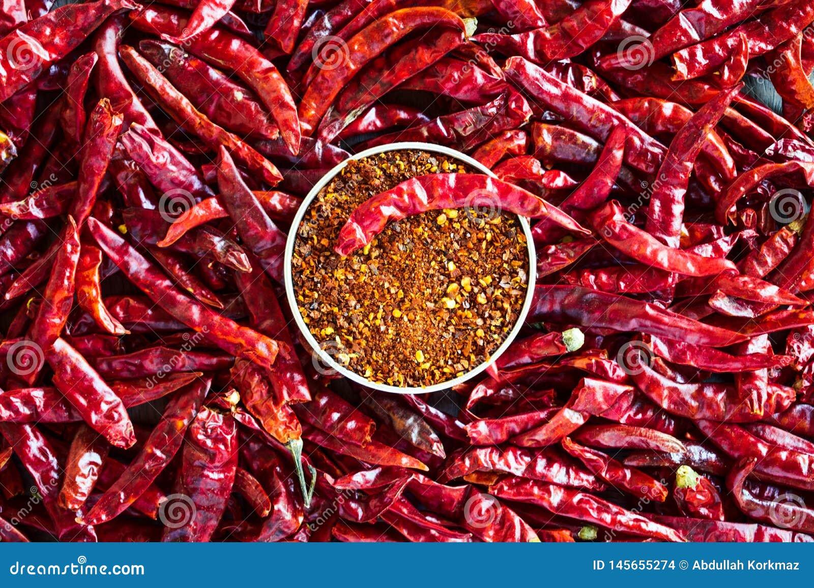 Pfeffer des roten Paprikas über der Tabelle