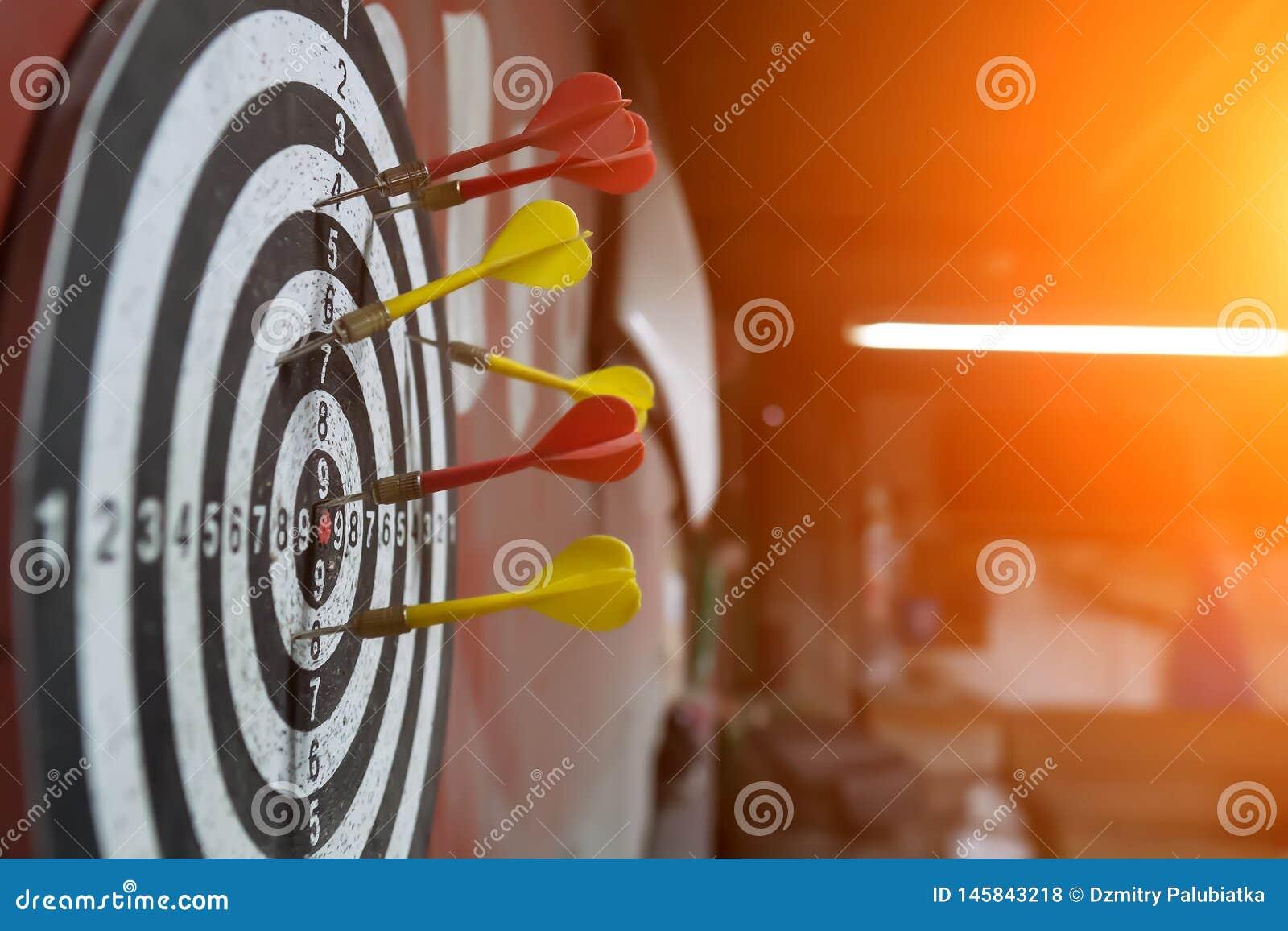 Pfeilnahaufnahme auf unscharfem Hintergrund Pfeile im Ziel