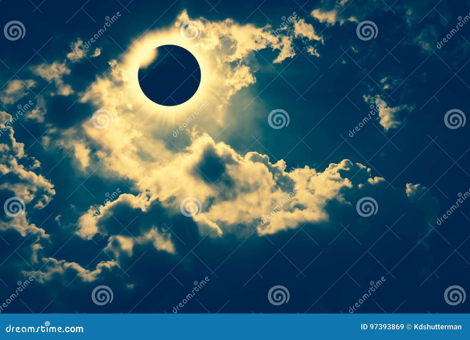 Phénomène naturel scientifique Éclipse solaire totale avec le diamant