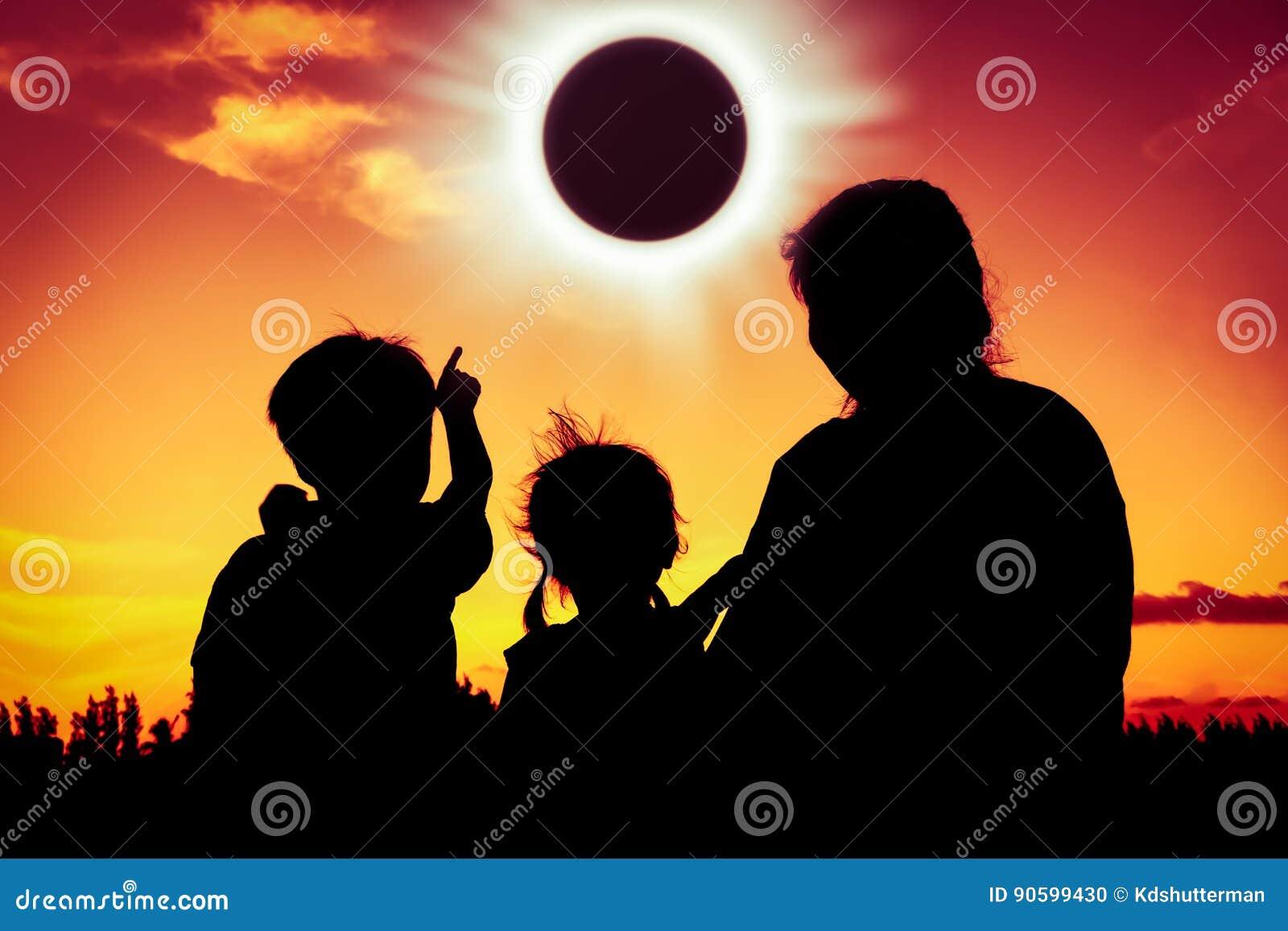 Phénomène normal Silhouettez la vue arrière de la séance de famille et du r