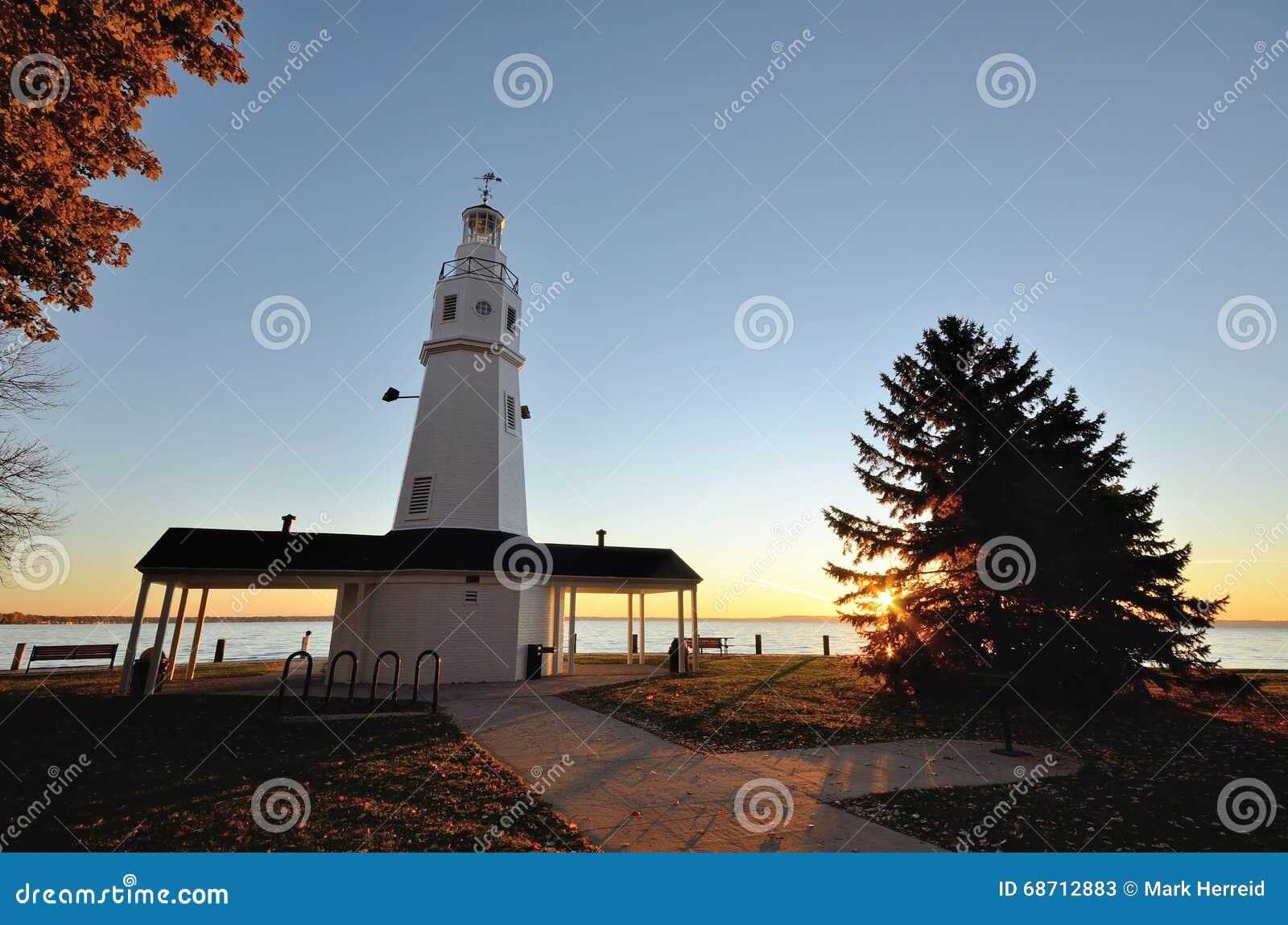 Phare blanc de brique au lever de soleil