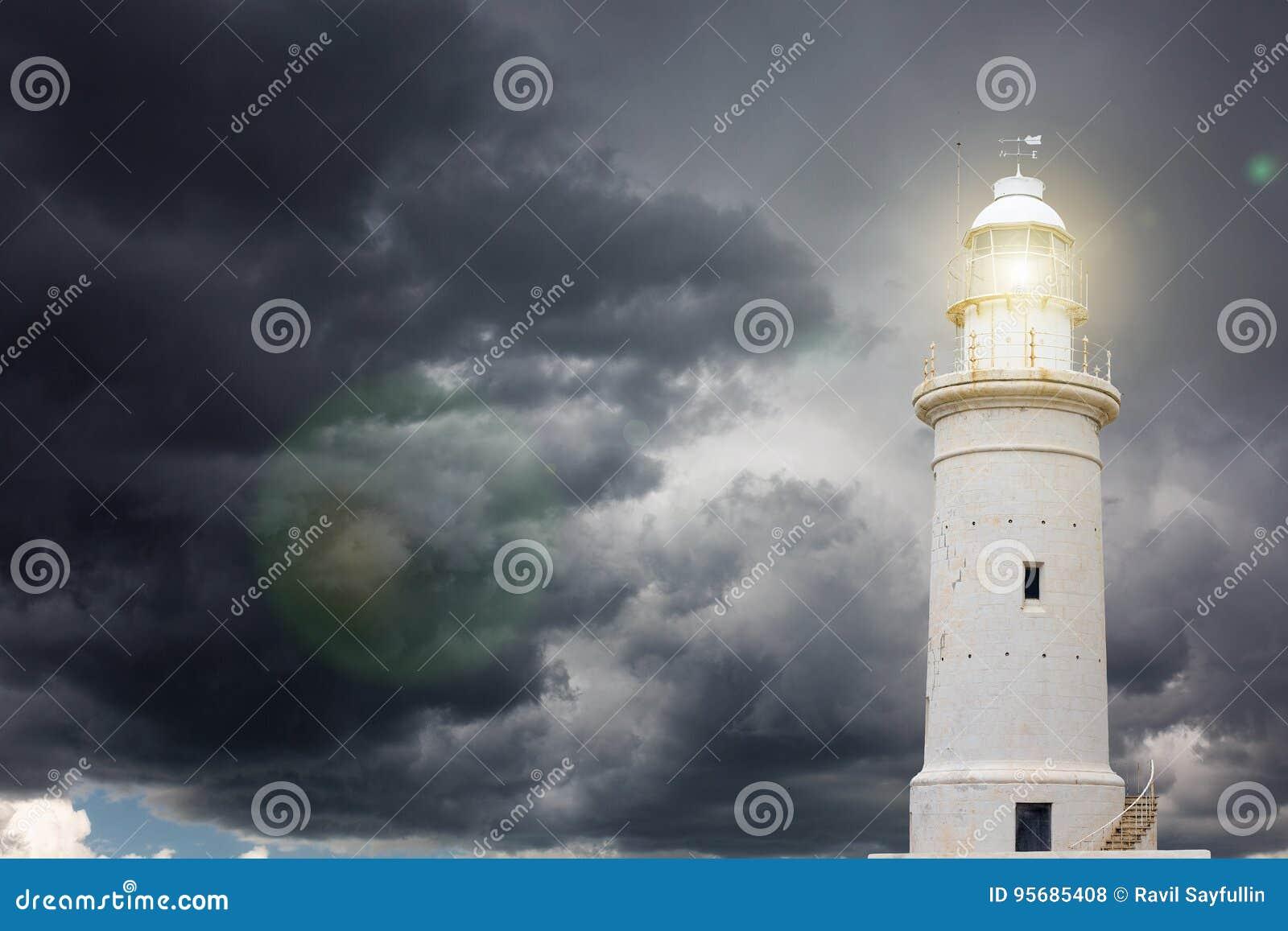 Phare contre le ciel orageux