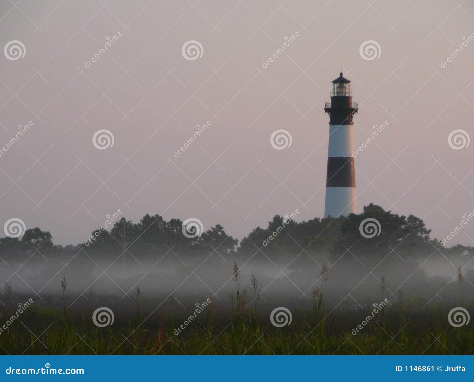 Phare dans le brouillard de matin