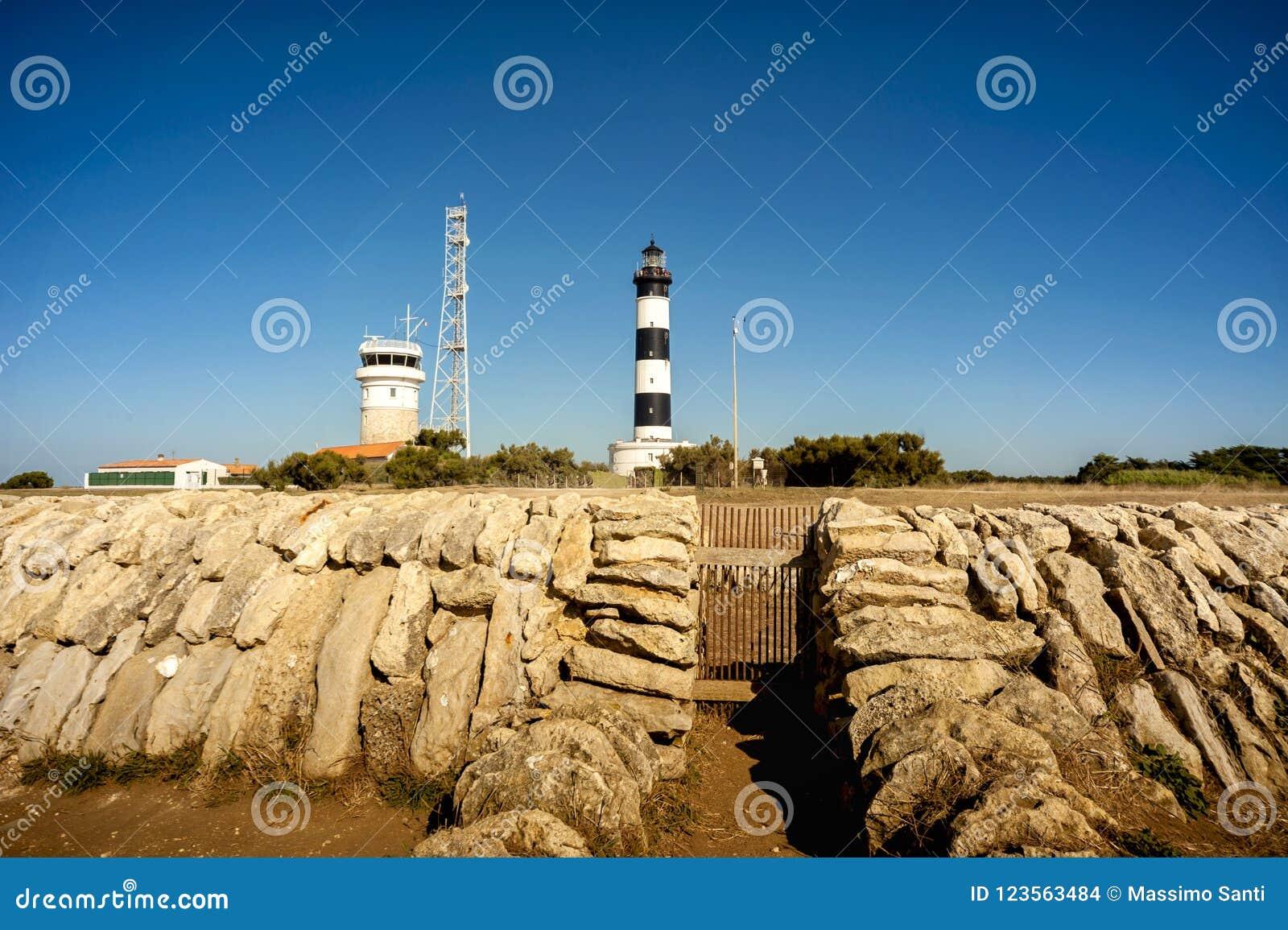 Phare de Chassiron ` Oleron de l île D dans le Charente français avec le phare rayé france Dessus du phare avec la lentille de si