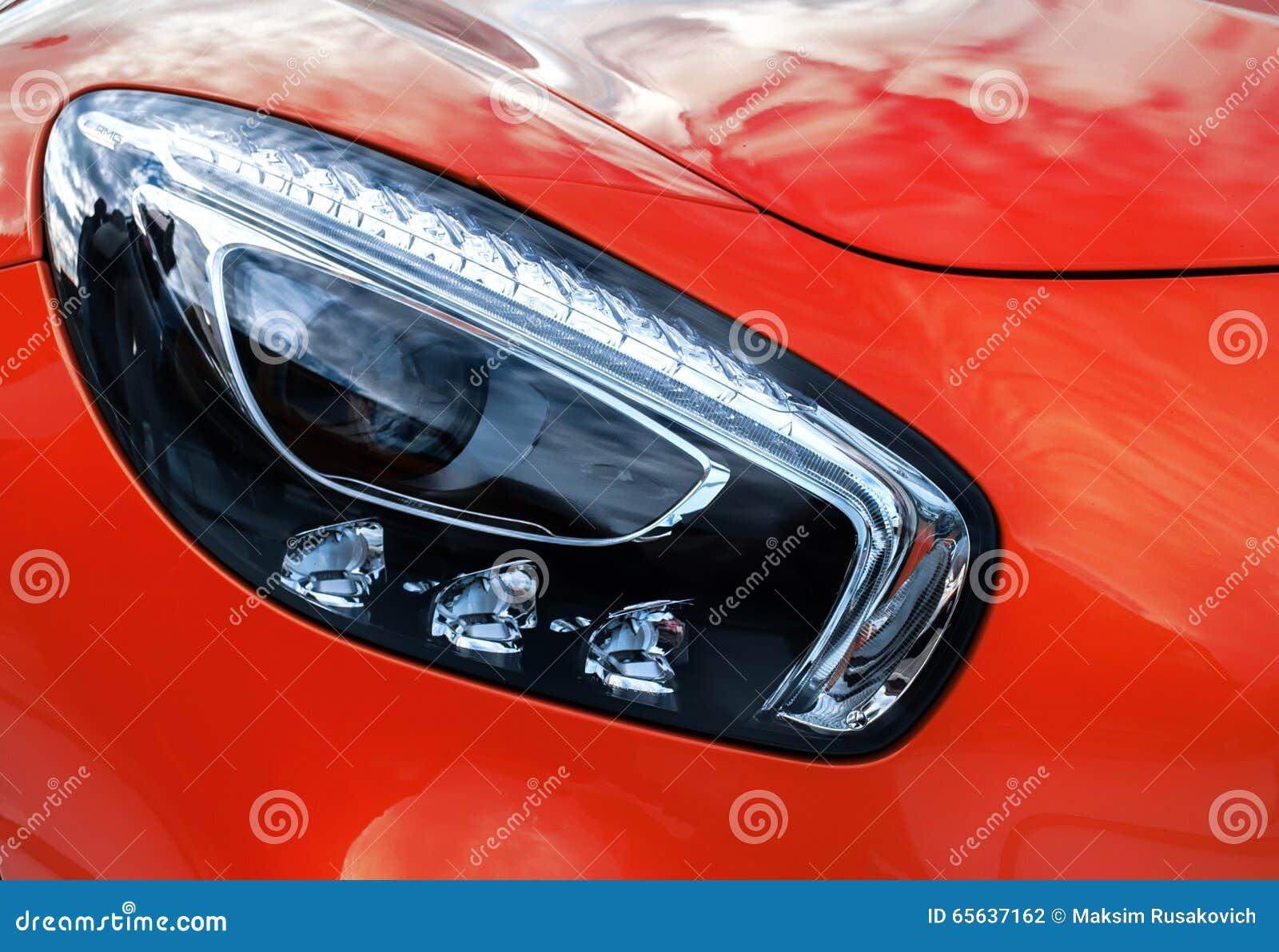 Phares de plan rapproché de voiture moderne de jaune de sport Deta d extérieur de voiture