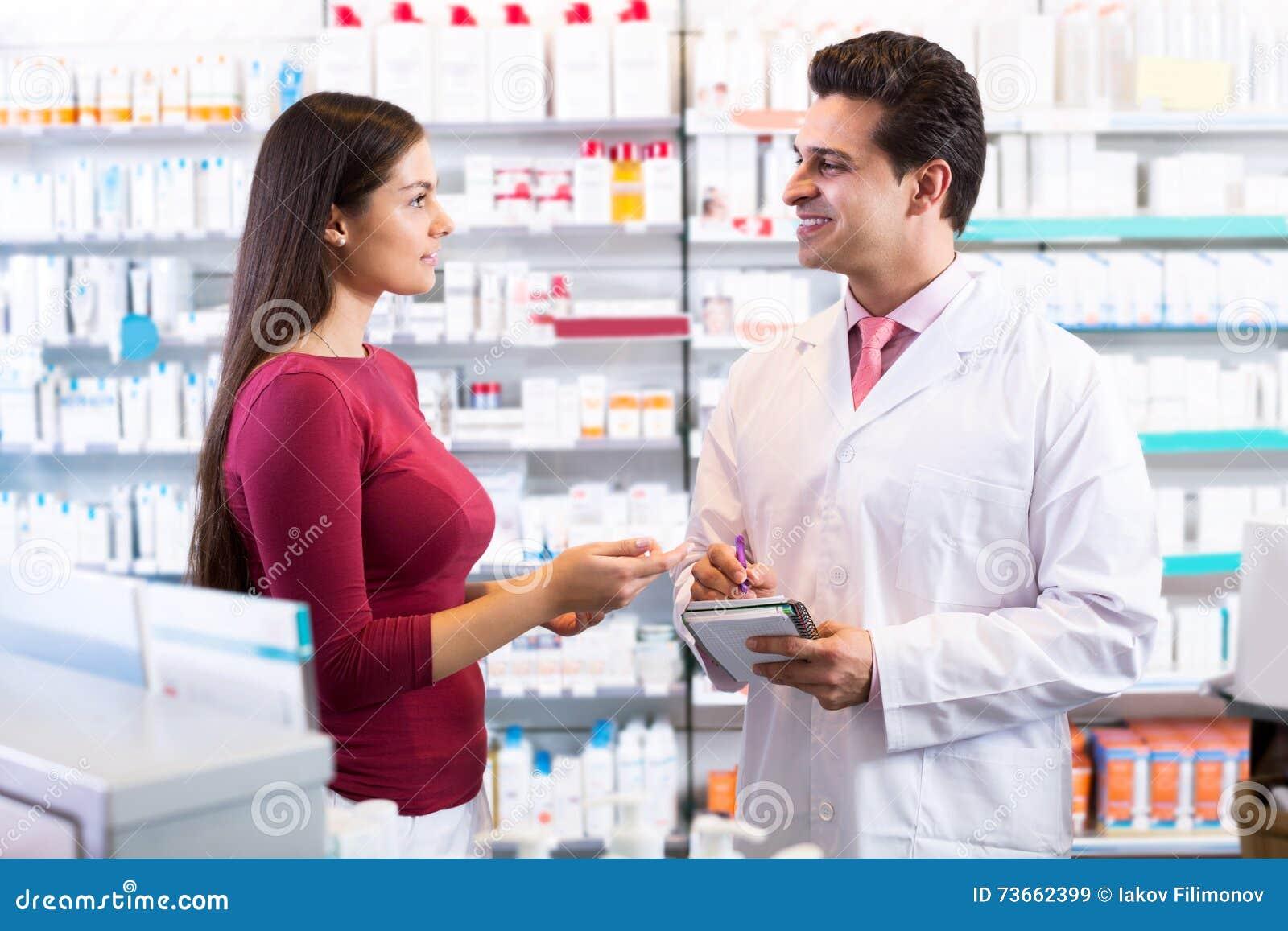 Pharmacien expérimenté conseillant le client féminin