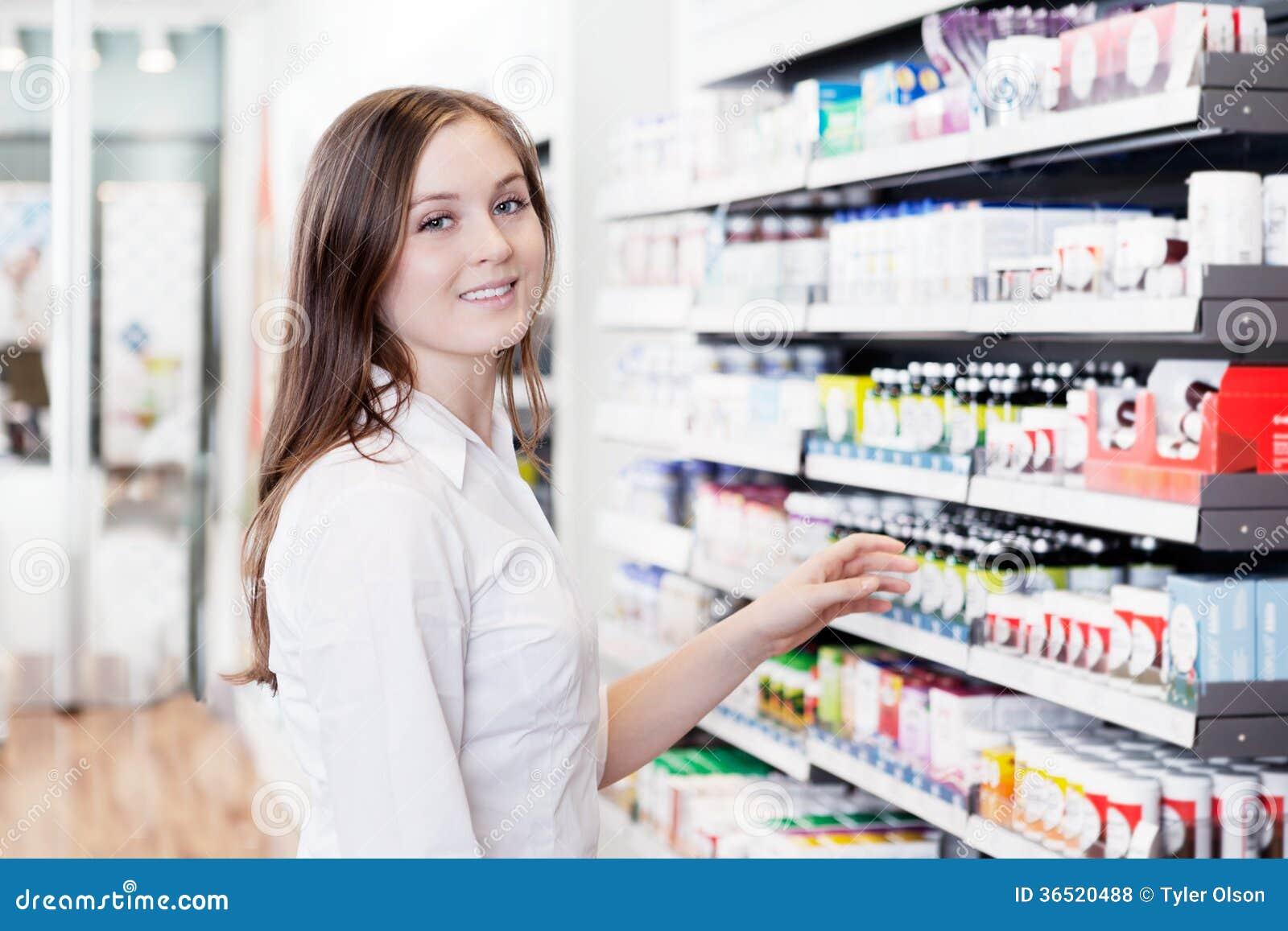 Pharmacien féminin dans le magasin de pharmacie