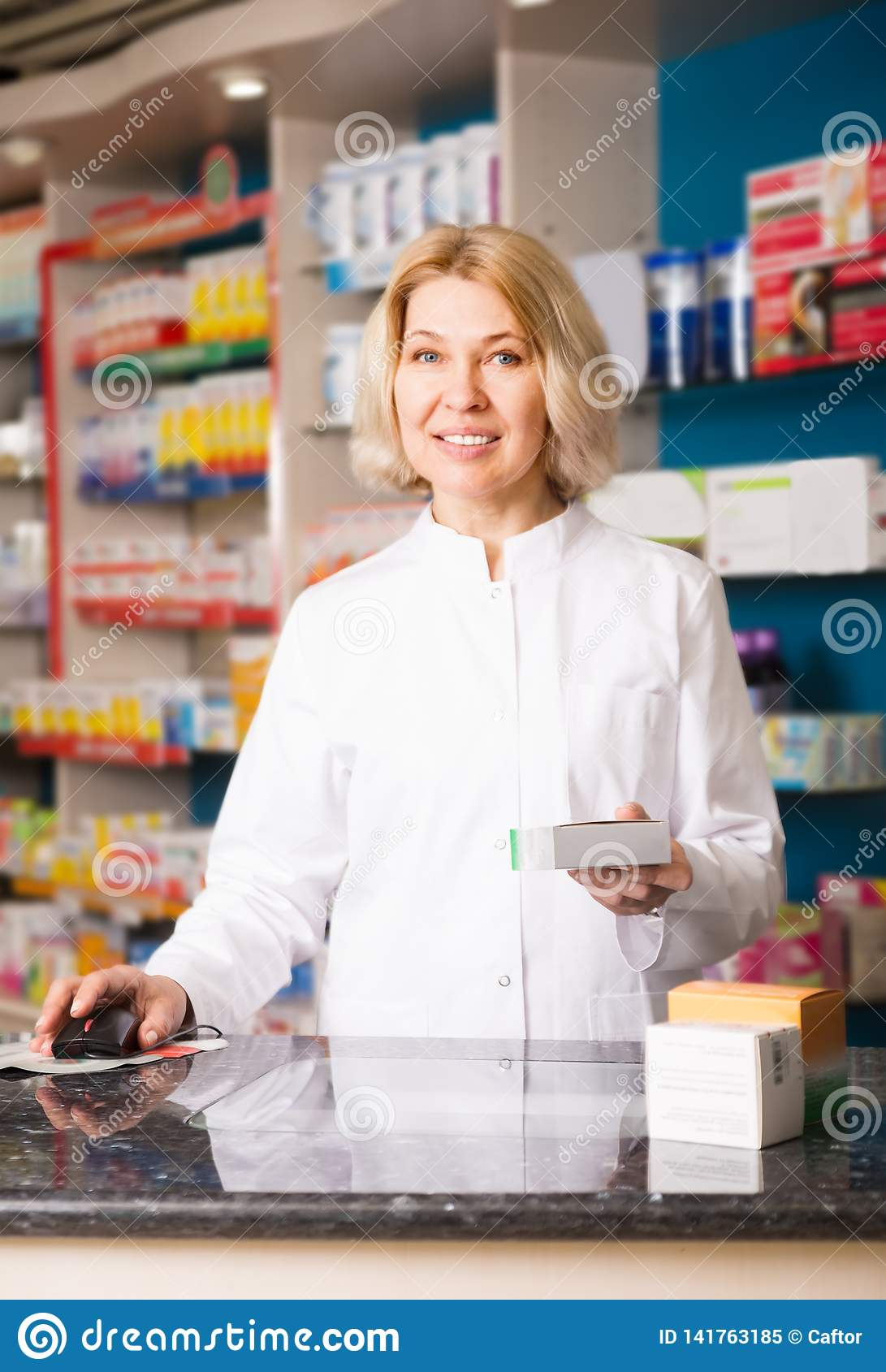 Pharmacienne mûre de femme au travail