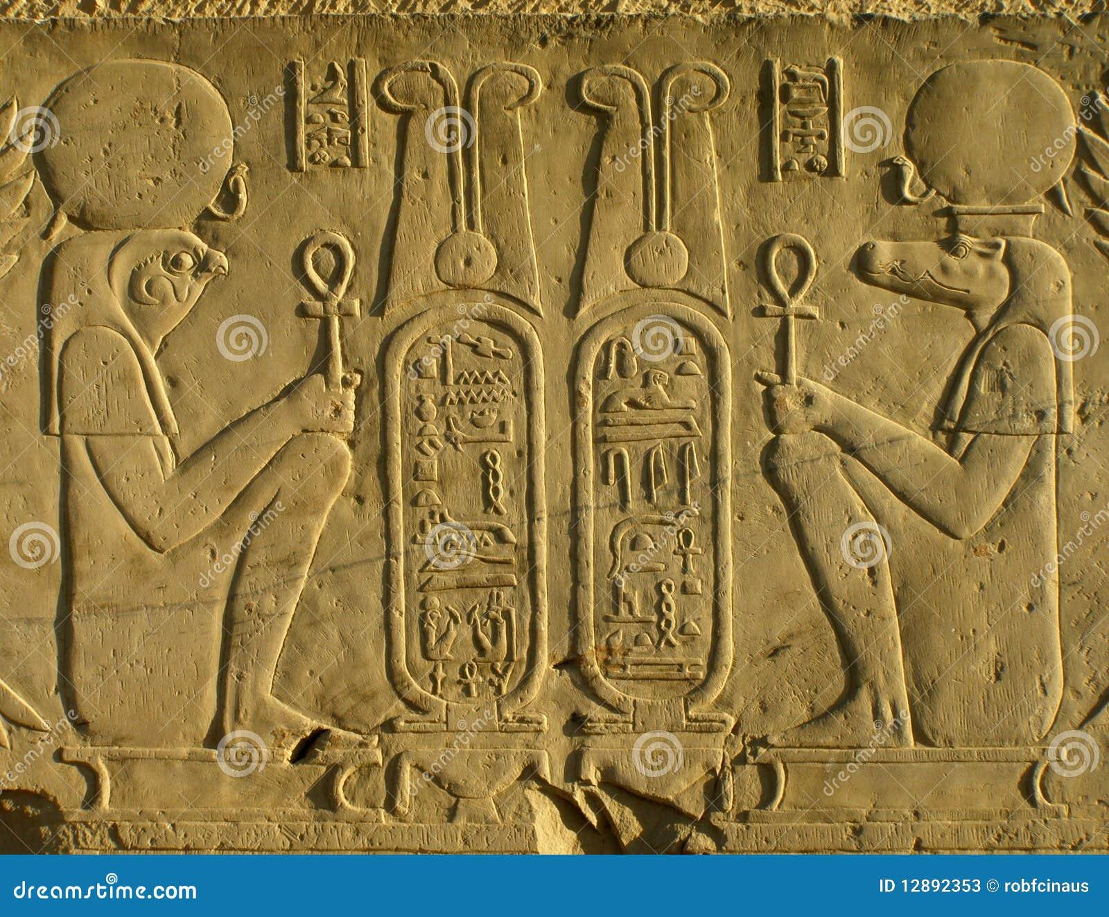 Pharoahs sur un mur de temple en Egypte