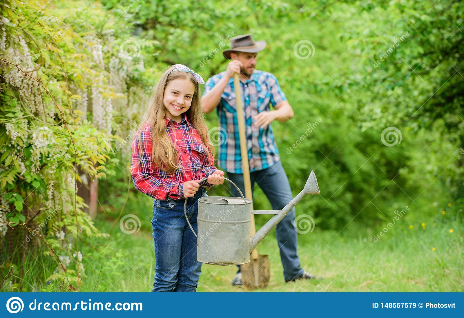 Phases d aide de lune d?terminer le meilleur jardin d usine de temps Plantation des fleurs Papa et fille de famille plantant des