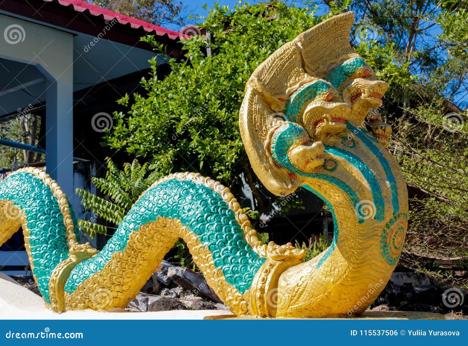 Phaya Naga chronią Świątynnego Wat w Tajlandia