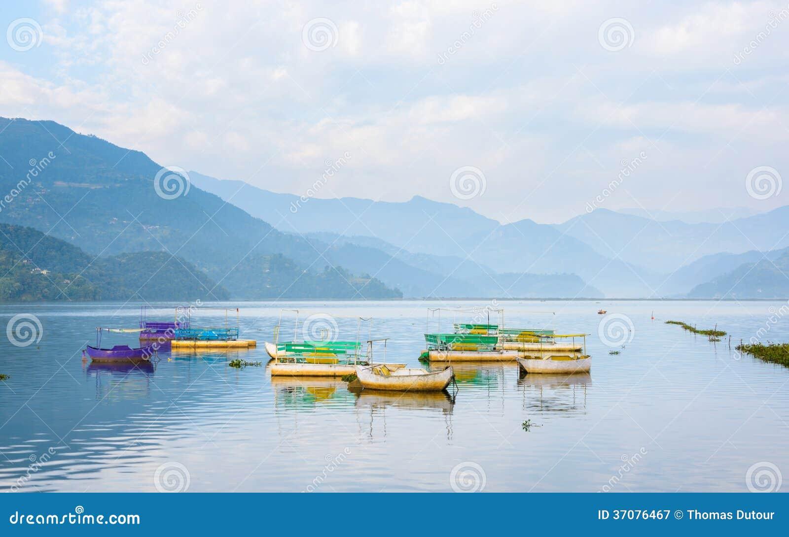 Download Phewa jezioro w Pokhara obraz stock. Obraz złożonej z purpury - 37076467