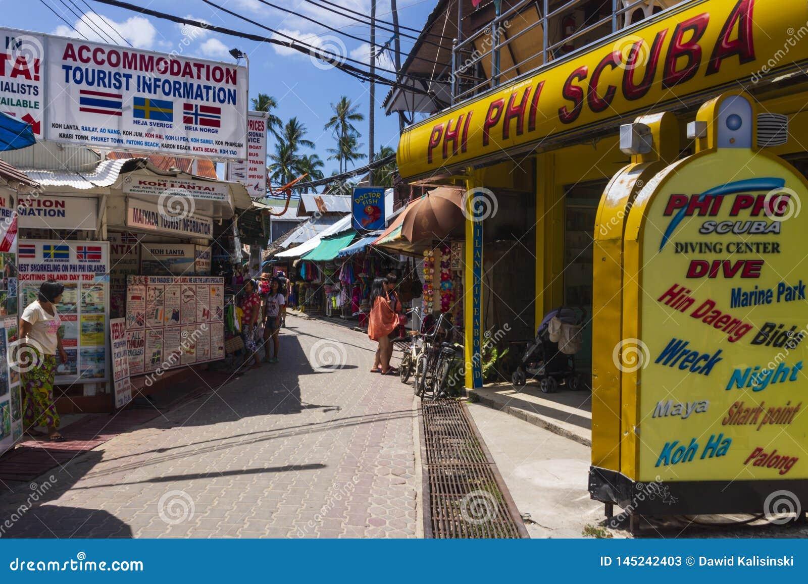 Phi Phi Island, centro de cidade, Tailândia, em março de 2013 centro do mergulhador e informações turísticas