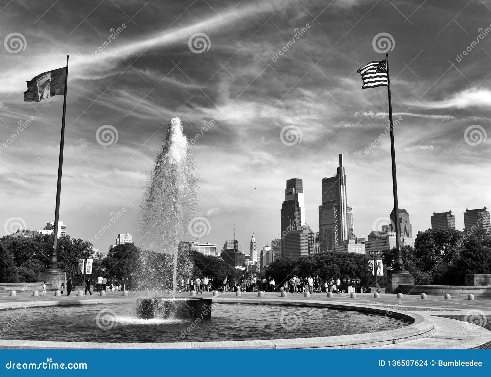 Philadelphia, de V.S. - 29 Mei, 2018: De mensen rond de Fontein dichtbij het Museum van Philadelphia van Kunst en Philadelphia be