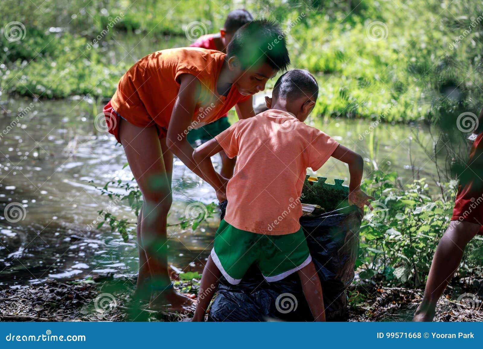 Frohe Weihnachten Philippinisch.Philippinische Kinder Die Abfall Nahen Berg Pinatubo Am 27