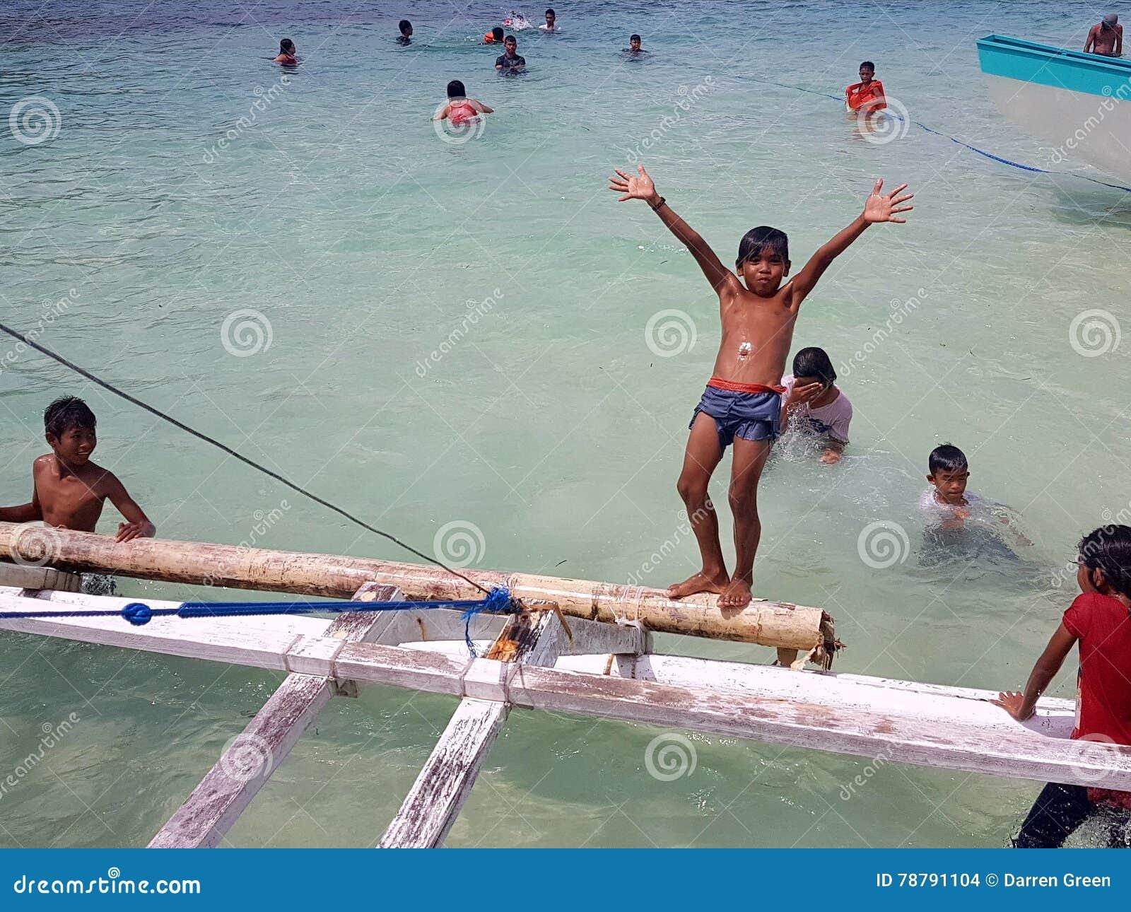 Frohe Weihnachten Philippinisch.Philippinische Kinder Die Am Strand Spielen Und Schwimmen