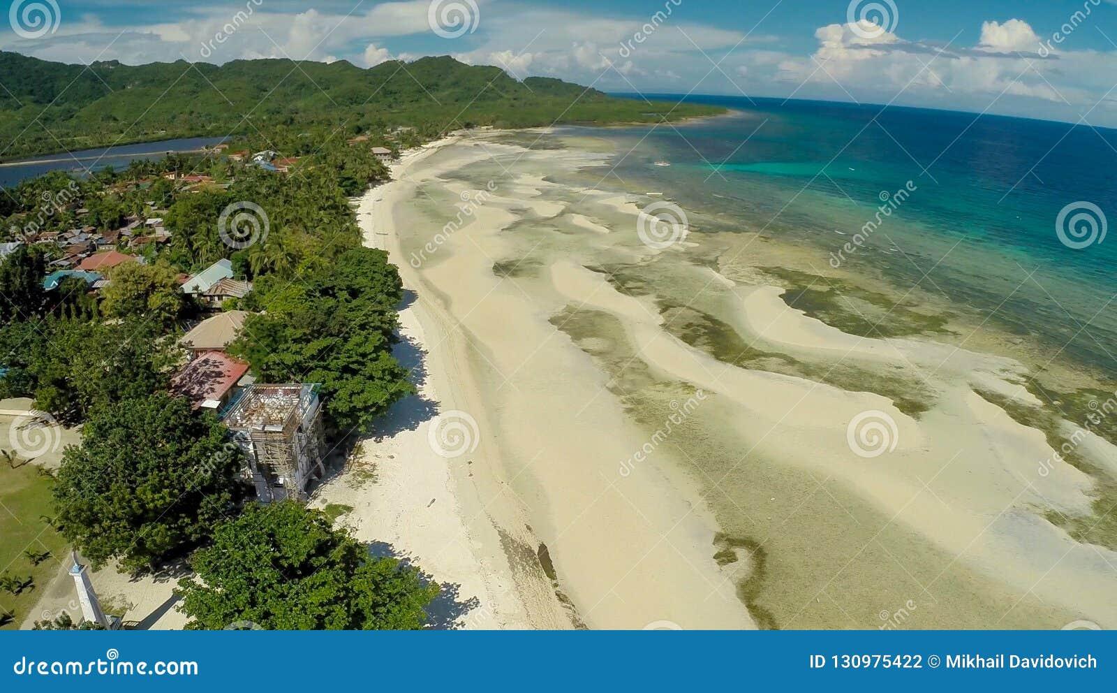 Philippinischer Strand Schattenbild des kauernden Geschäftsmannes Anda-Stadt