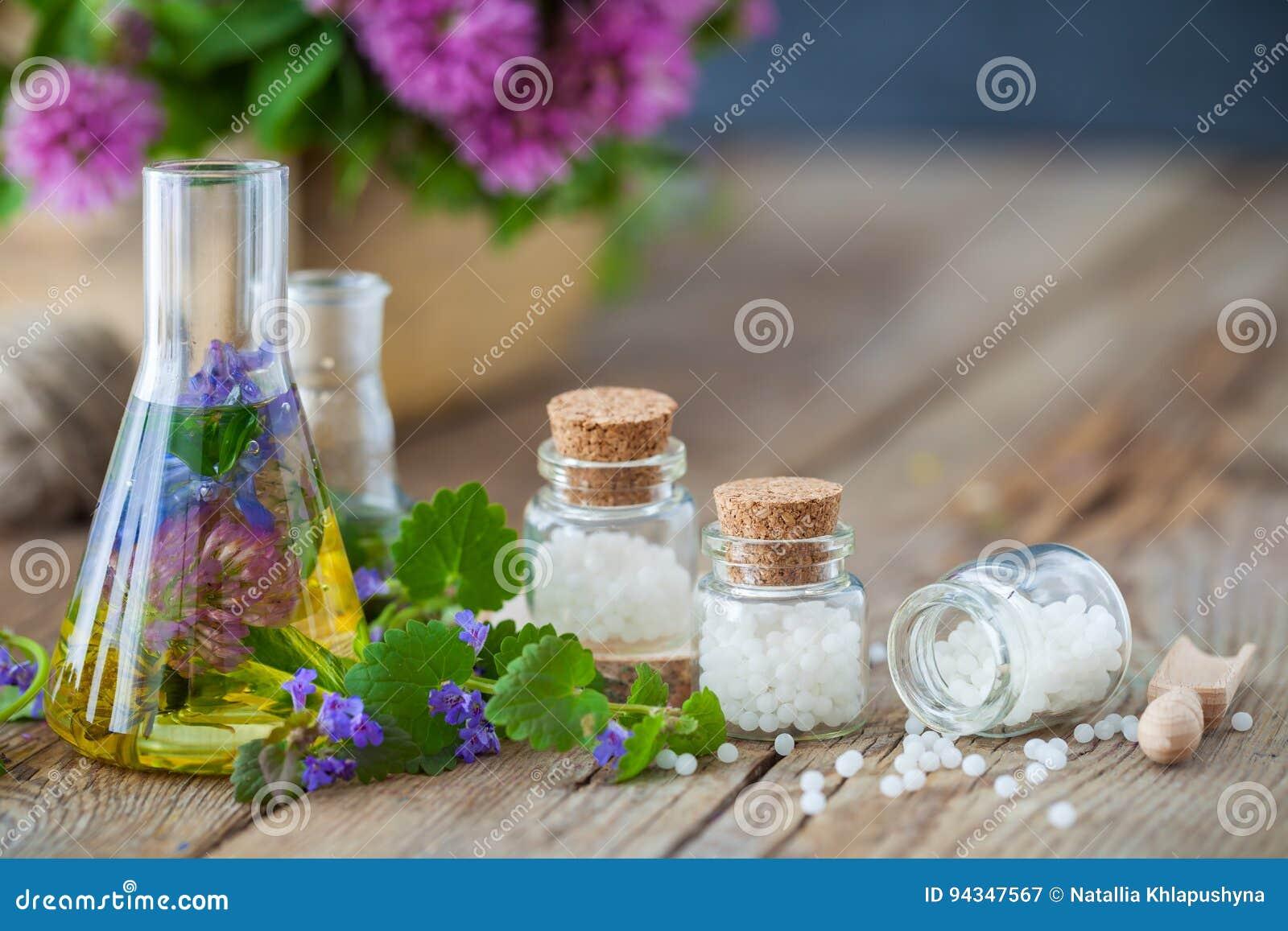 Phiolen Tinktur von gesunden Kräutern und von Flaschen Homöopathiekügelchen
