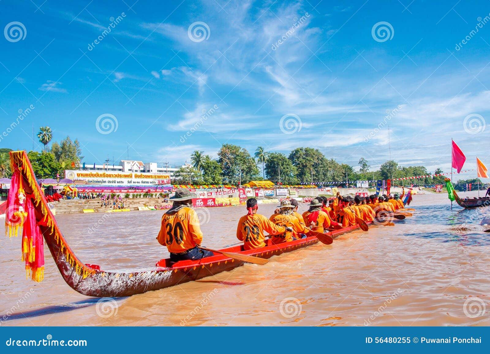 PHITSANULOKE, THAÏLANDE - 21 SEPTEMBRE : Équipage non identifié dans le long festival thaïlandais traditionnel de concurrence de