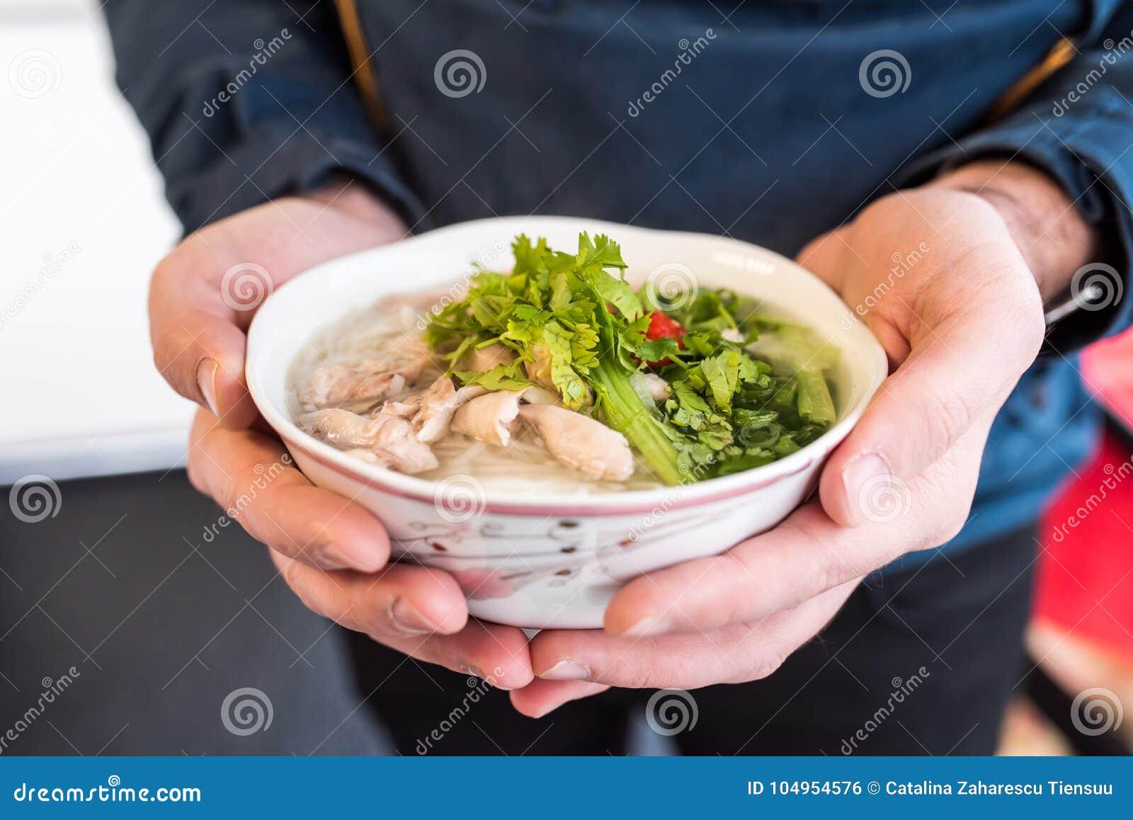 Phoga soep met de dienende sausen, de kruiden en de kruiden