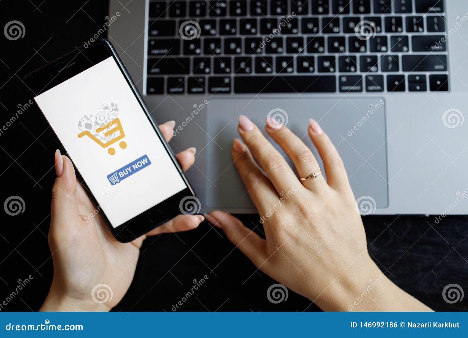 Phone kvinnan Online-betalning Kvinnah?nder genom att anv?nda smartphone- och b?rbar datordatoren f?r online-shopping Betalningde