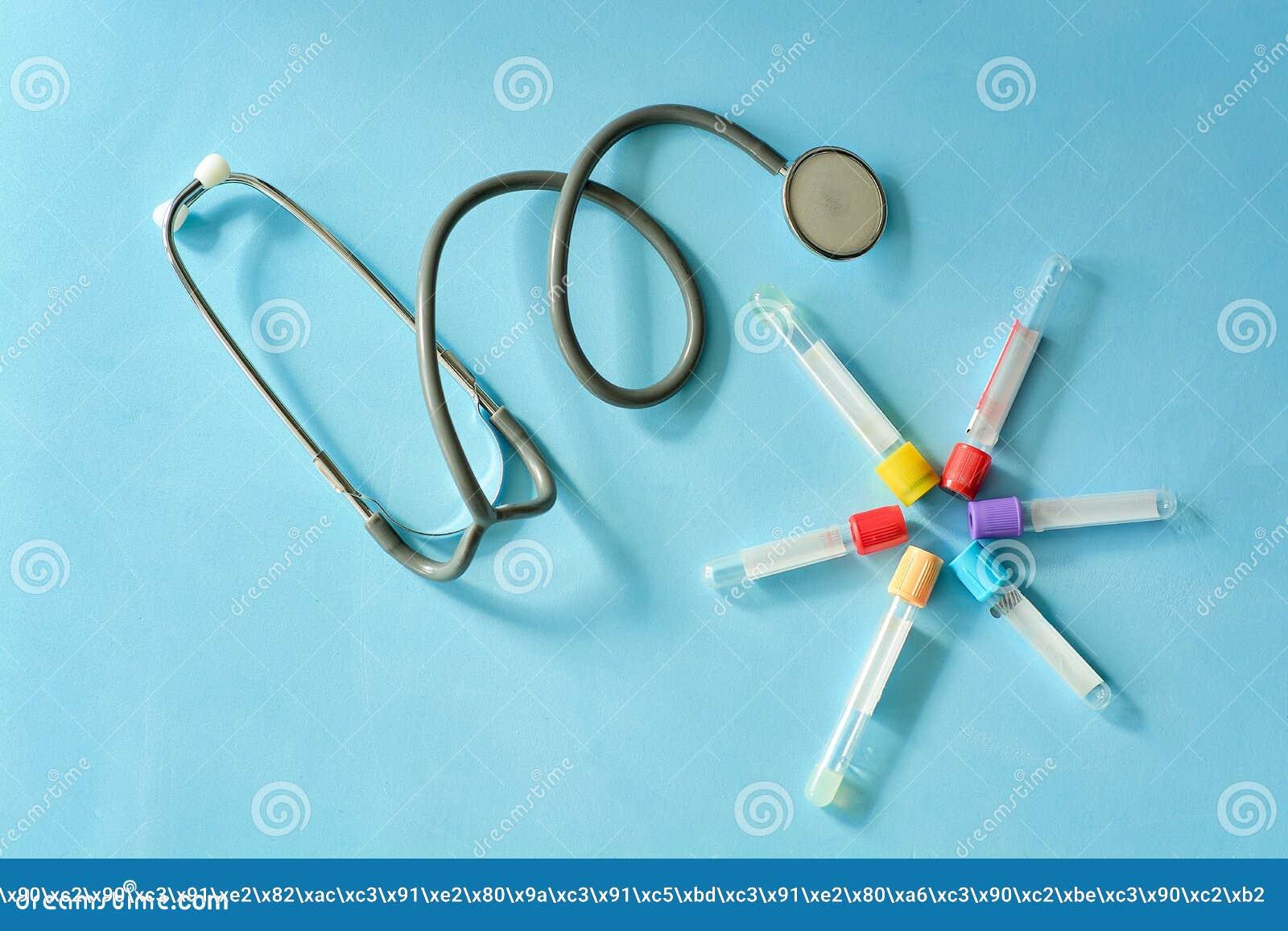 Phonendoscope stetoskop, vakuumprovrör på blå bakgrund