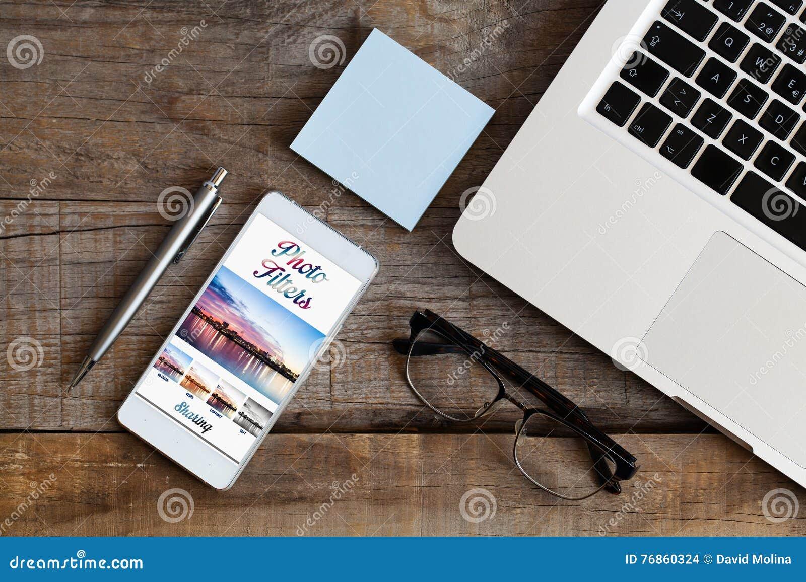 Photo éditant le logiciel APP dans un téléphone portable Détail de lieu de travail