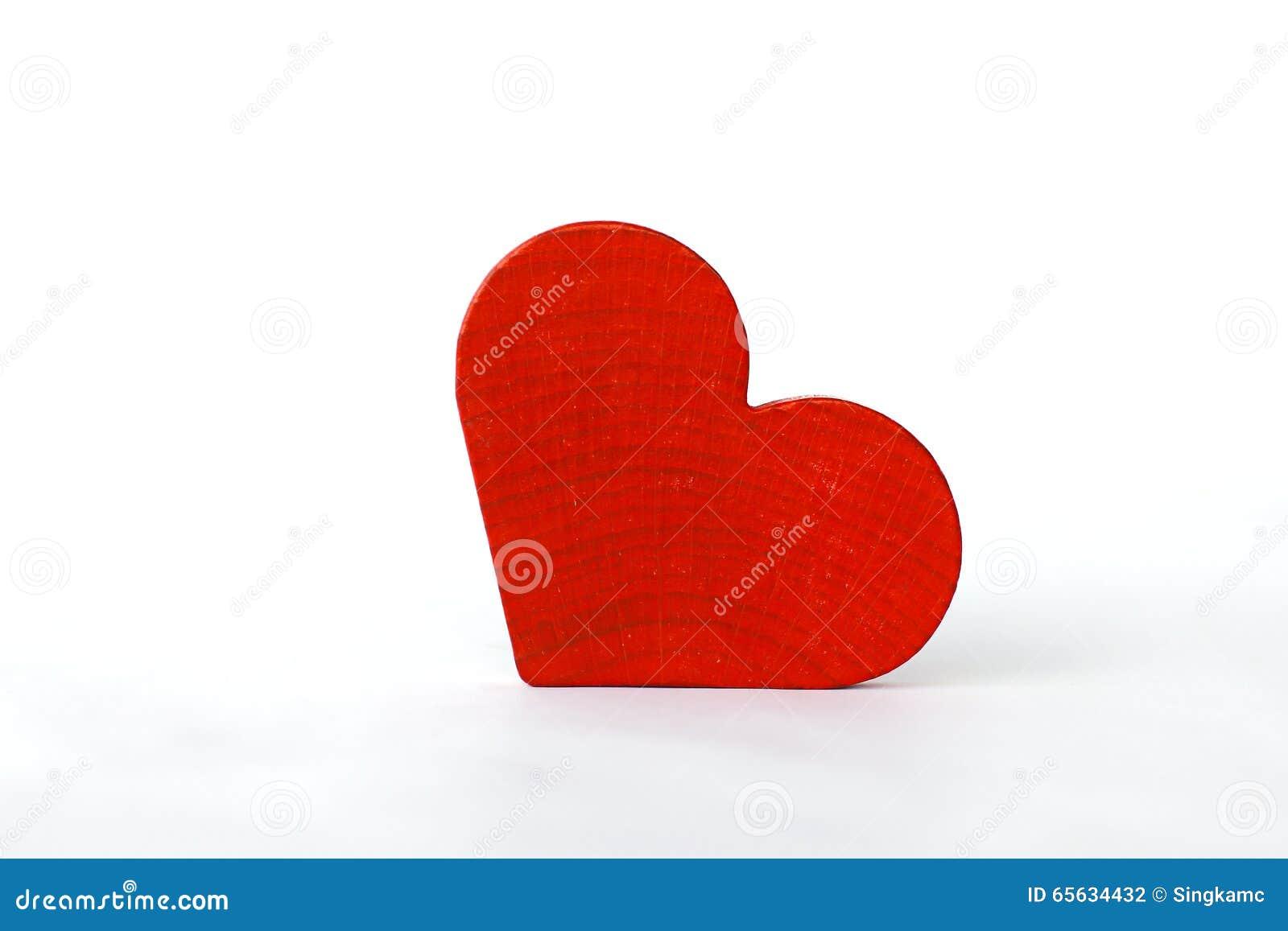 Photo courante : Coeur en bois rouge sur les conseils en bois blancs,