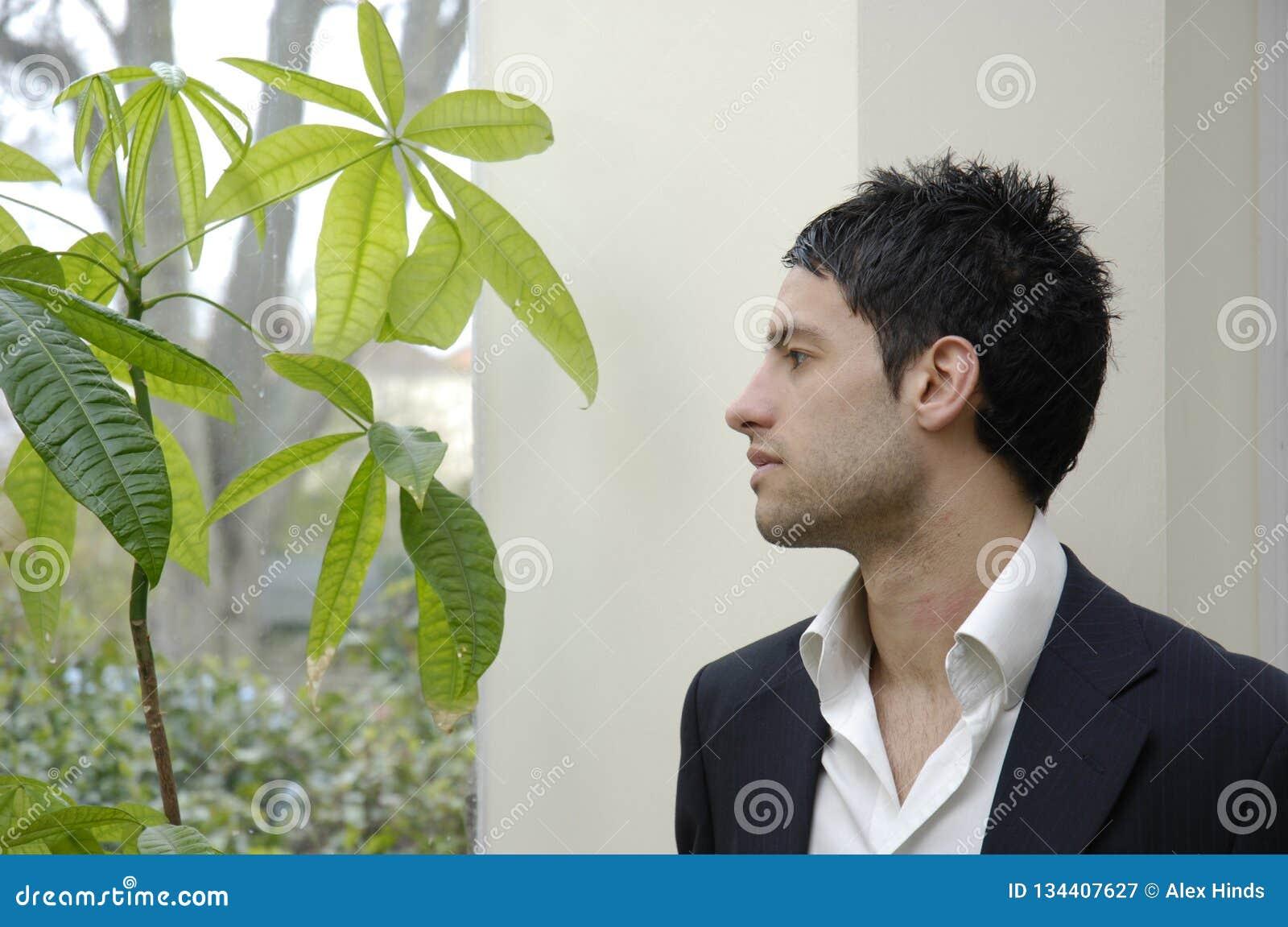 Photo courante de jeune homme d affaires avec des soucis verts