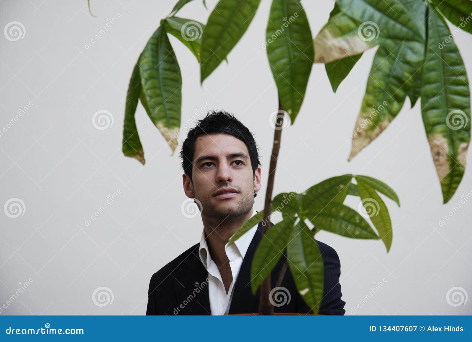 Photo courante de vert de pensée de jeune homme d affaires