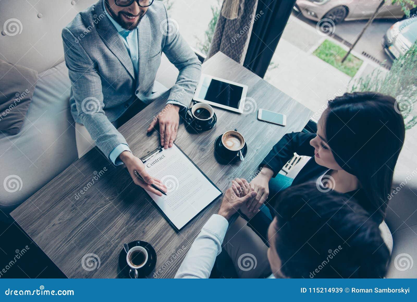 Photo cultivée courbe de famille faisant une affaire avec l abo d avocat