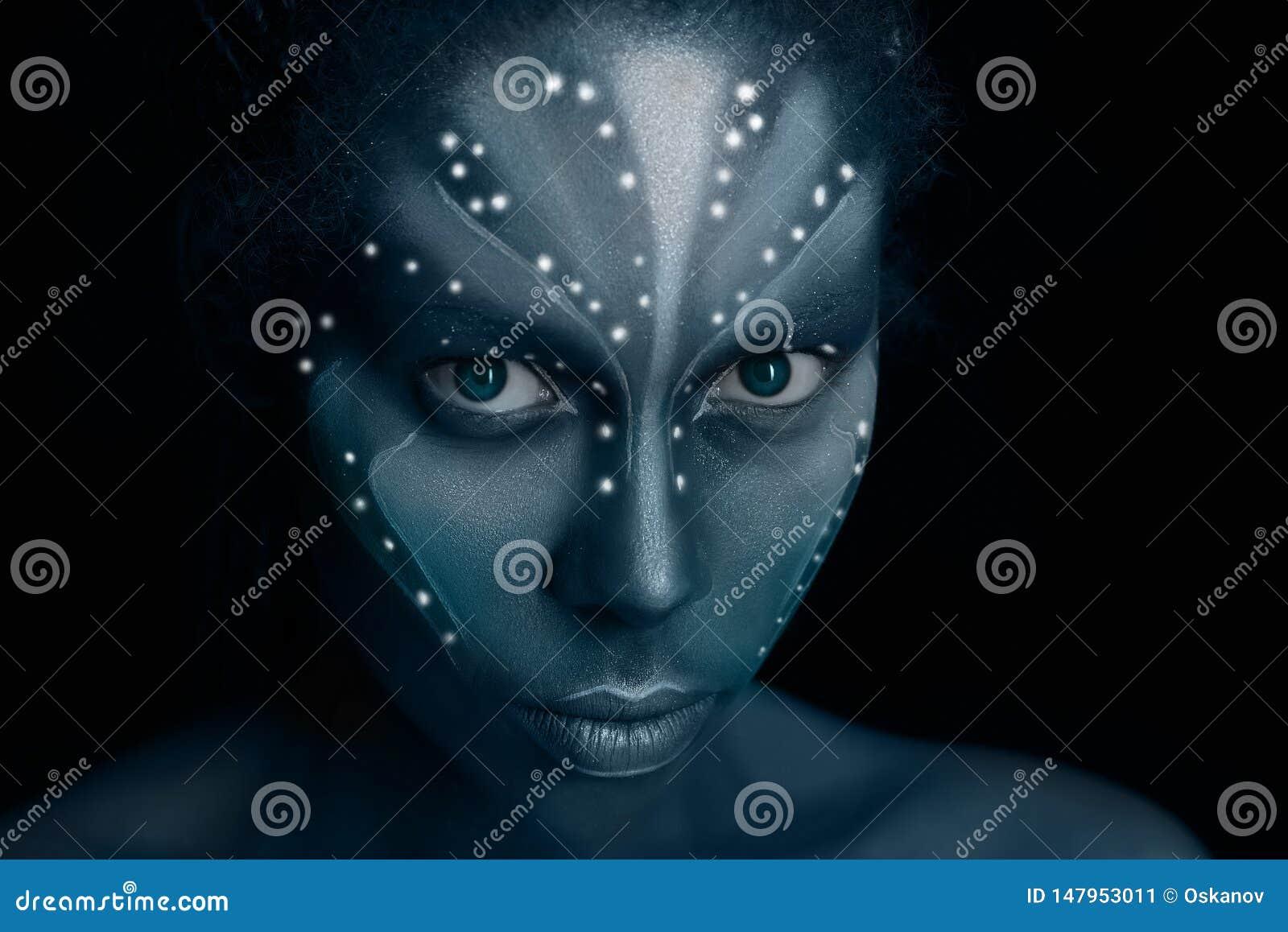 Photo d art de femme d Africal avec les peintures ethniques tribales dans le style d avatar