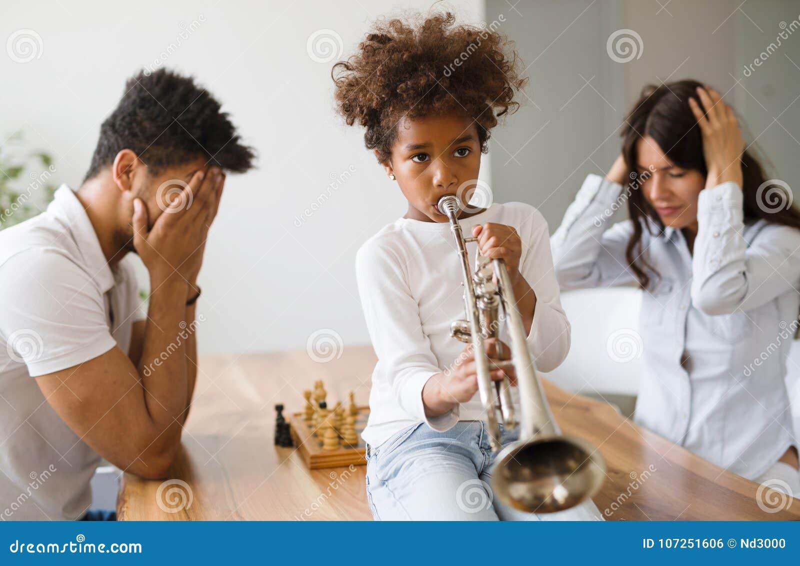 Photo d enfant faisant le bruit en jouant la trompette
