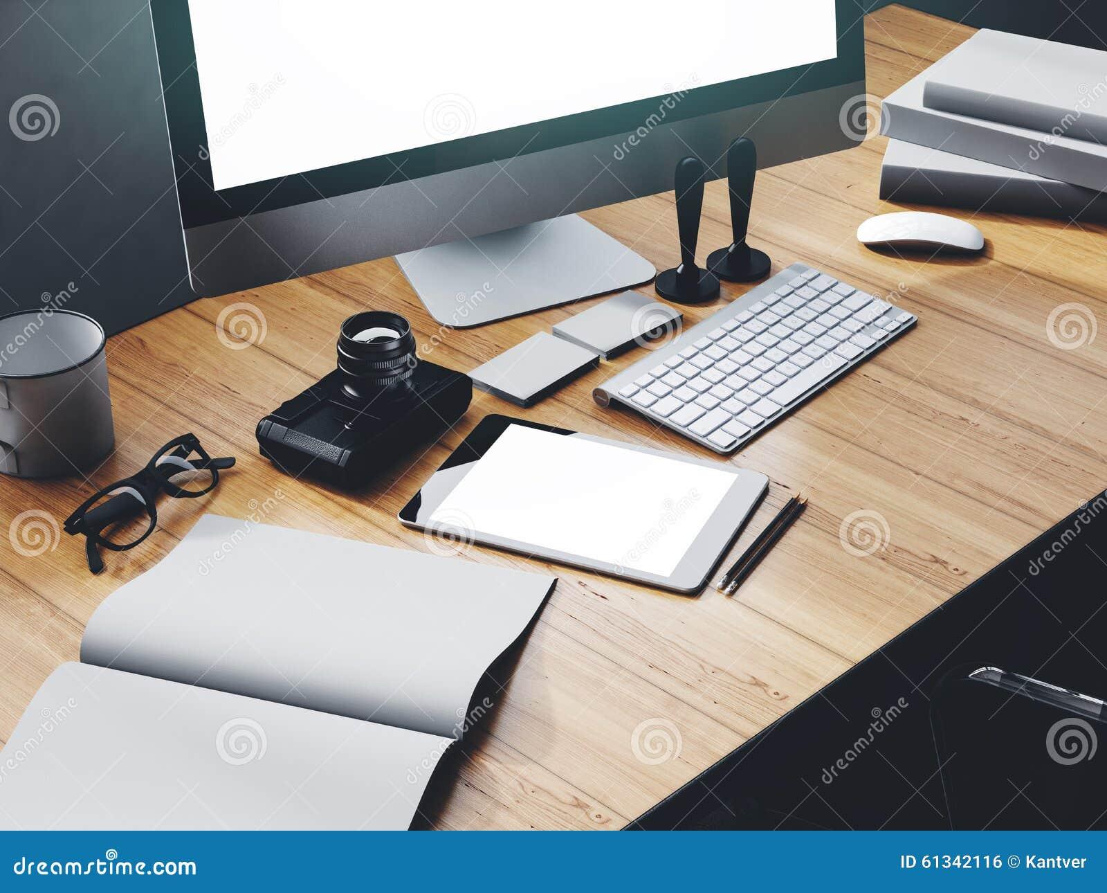 Photo d espace de travail moderne avec l écran de bureau photo