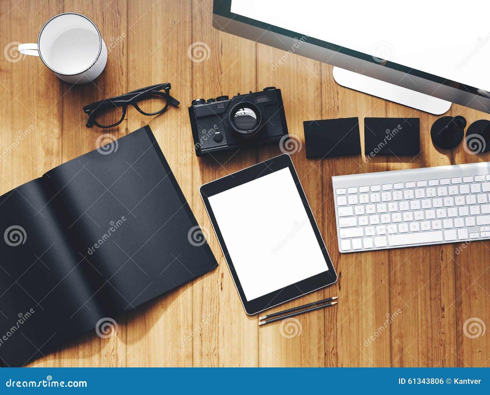 photo d 39 espace de travail moderne avec l 39 cran de bureau photo stock image 61343806. Black Bedroom Furniture Sets. Home Design Ideas