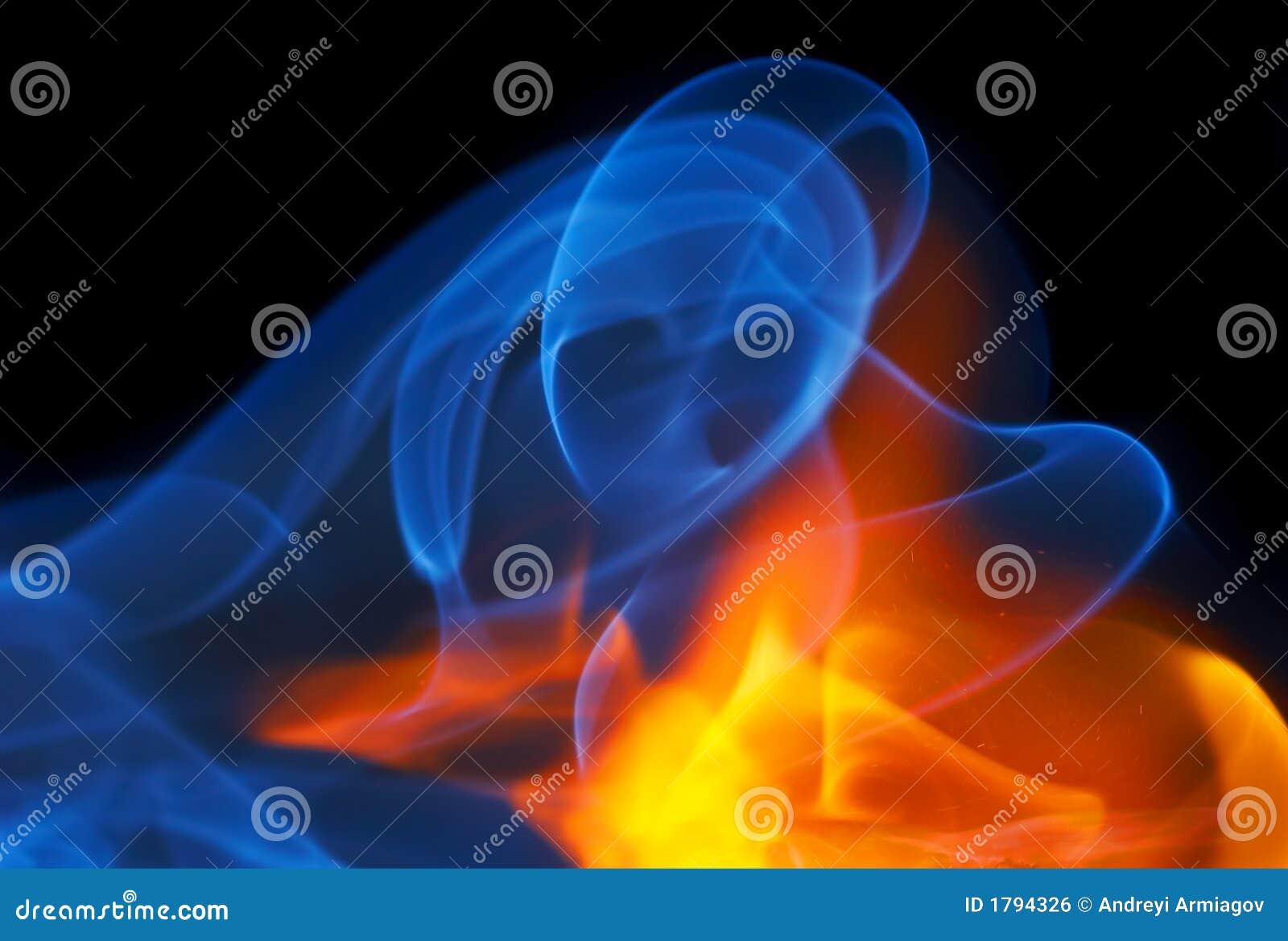 Photo d incendie avec de la fumée sur un fond noir