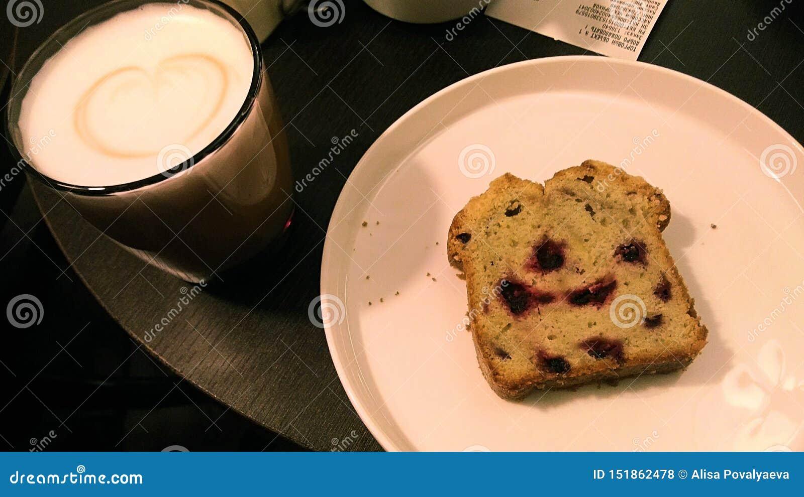 Photo d un morceau de gâteau délicieux avec du café aromatique