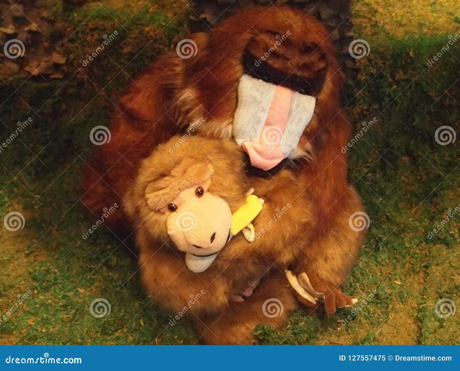 Photo d une mère de singe de jouet tenant un singe de jouet
