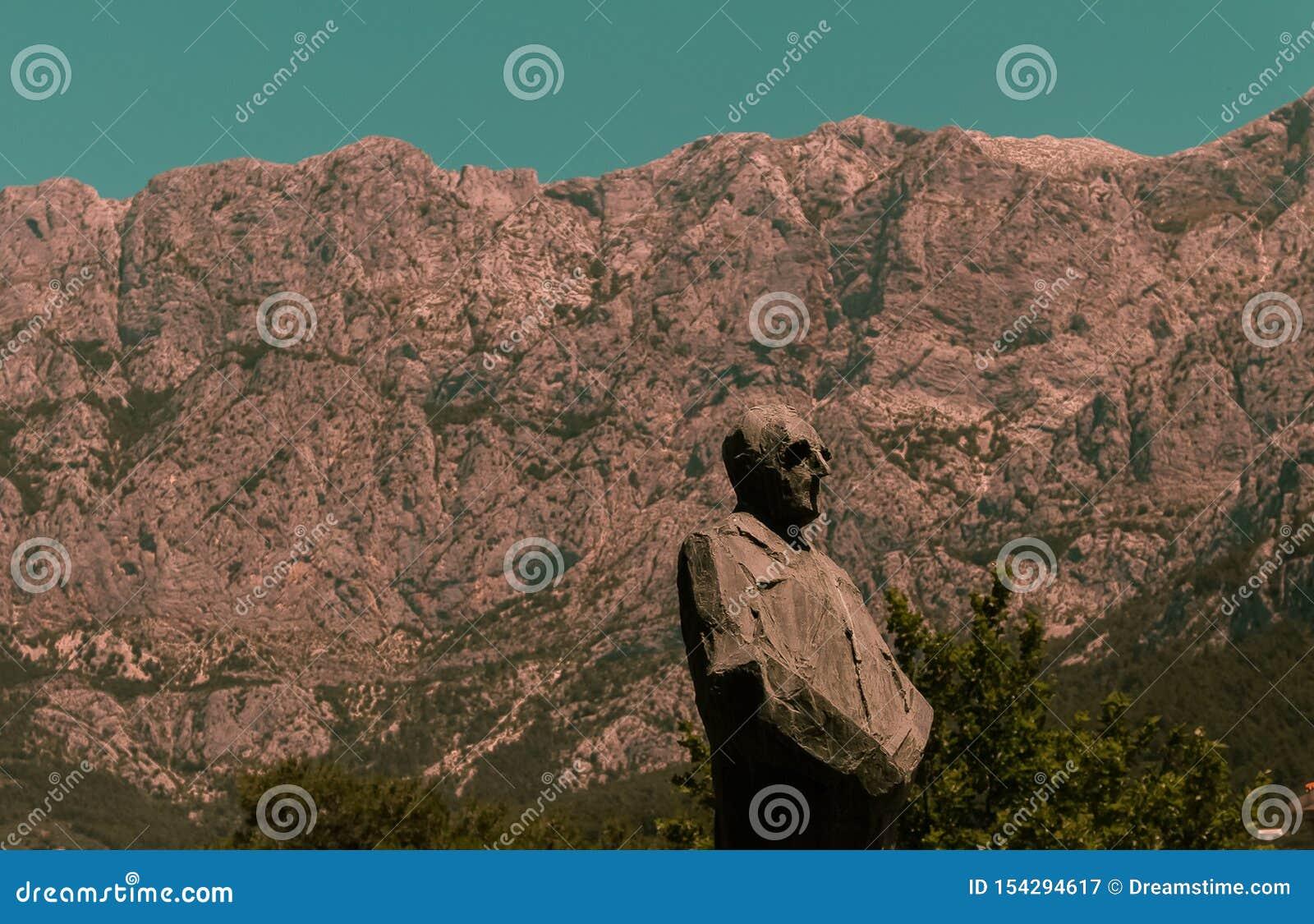 Photo d une statue avec des montagnes