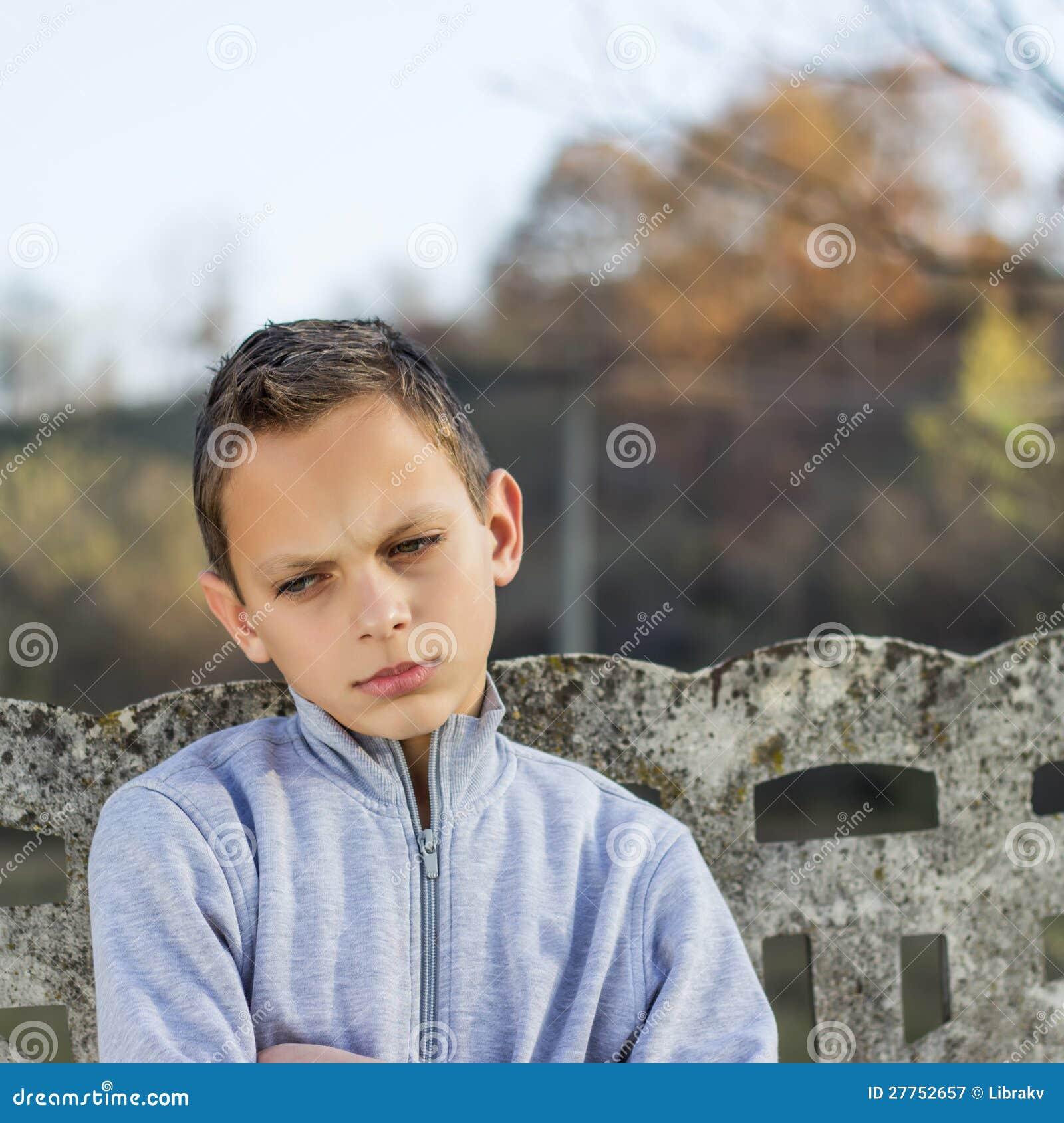 Photo de beau garçon avec le visage fâché