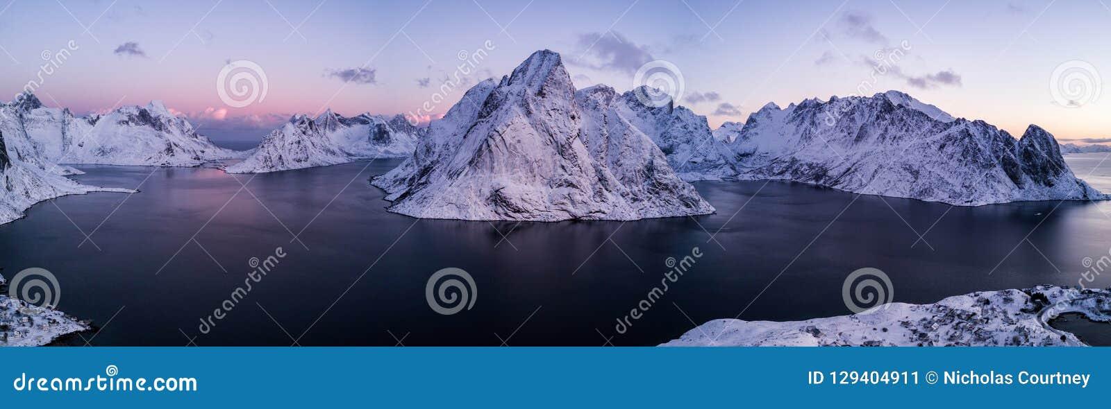 Photo de bourdon - lever de soleil au-dessus des montagnes des îles de Lofoten Reine, Norvège